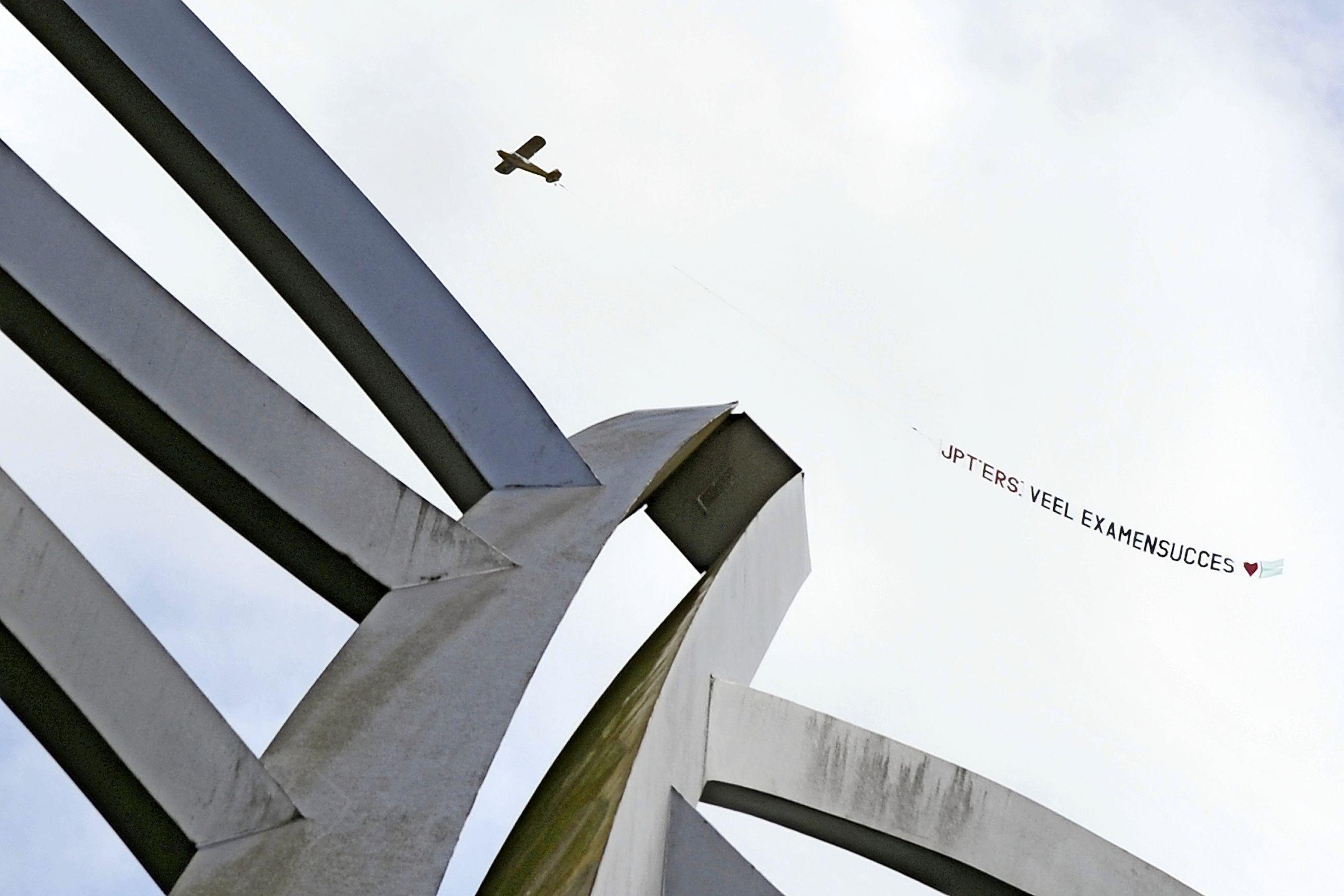 Vliegtuigje boven Kennemerland wenst leerlingen succes: 'examenstunt' geslaagd