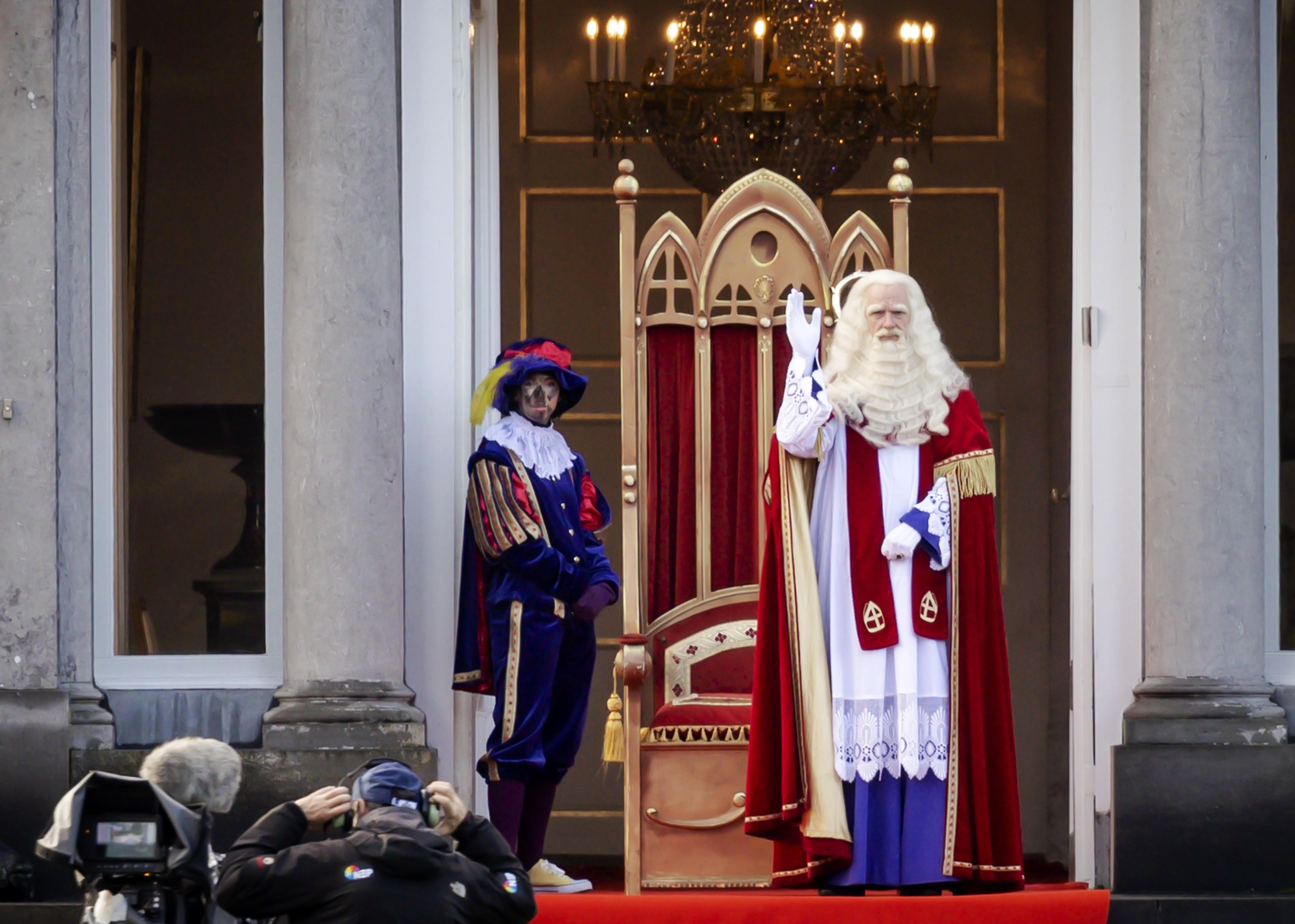 Sinterklaas is weer in het land; opzet intocht lijkt op defilés van koningin Juliana bij paleis Soestdijk