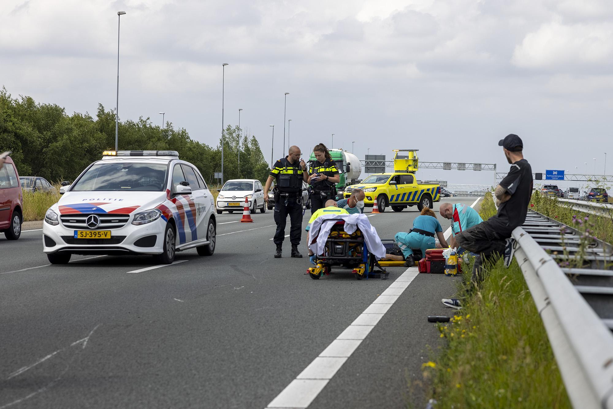 Motorrijder crasht op de A9 bij Boesingheliede, file richting Amsterdam