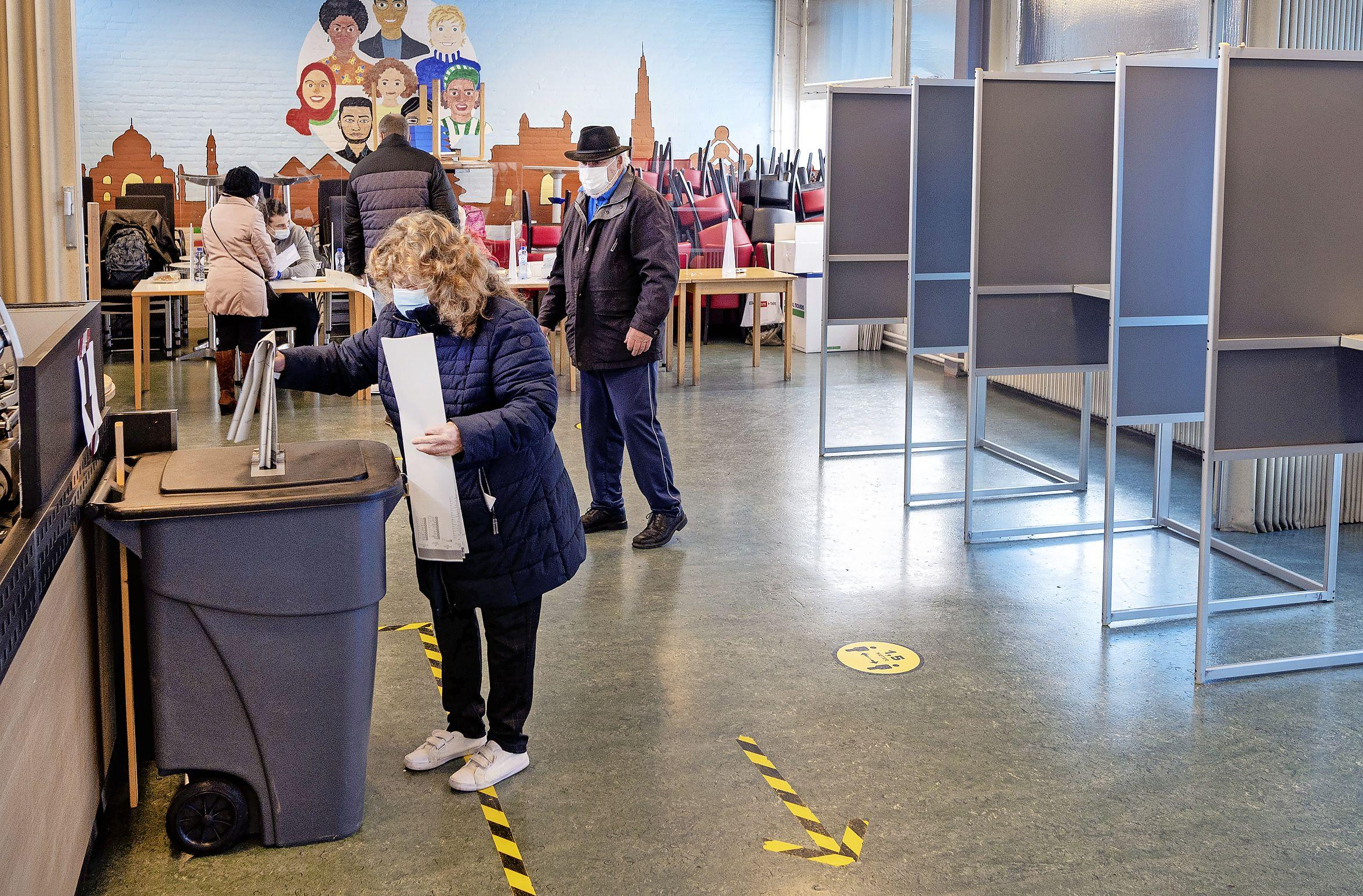 Ouderen blij dat ze al kunnen stemmen. 'Maar belachelijk dat er maar één stembureau open is in heel Schalkwijk'
