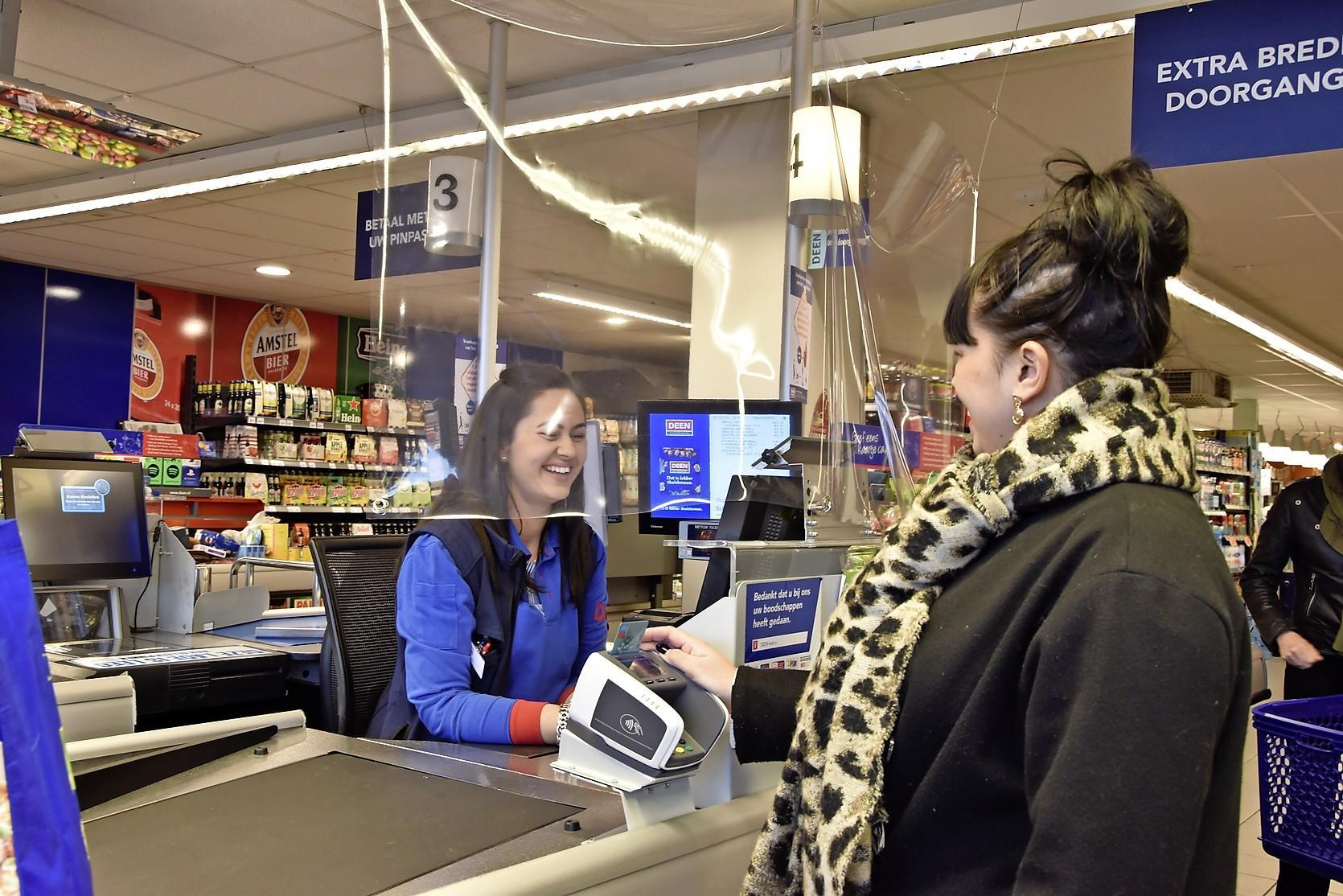 Niet alleen zorg- en supermarktmedewerkers verdienen een coronabonus, zo vinden West-Friezen: 'Je moet geen onderscheid maken'