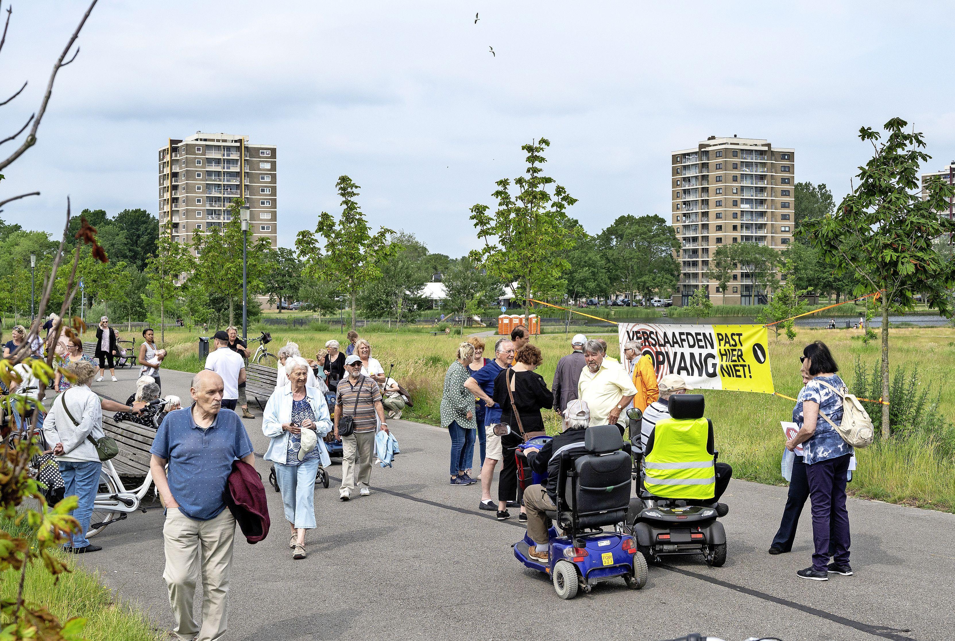 Buurt protesteert in Reinaldapark tegen verslaafdenopvang aan de Nieuweweg; 'Dit gaan we iedere ochtend doen, dan blazen we ze hun bed uit'