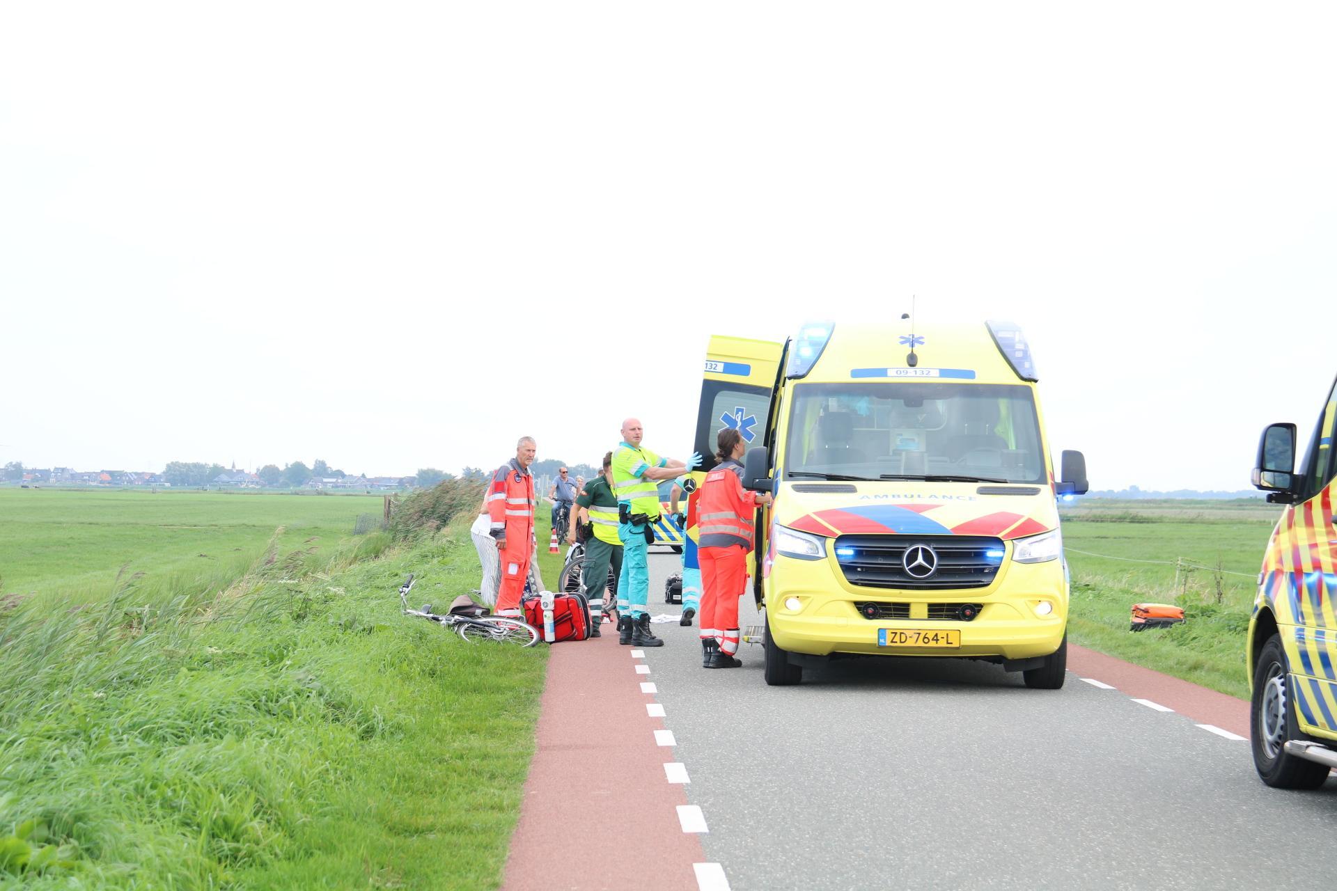 Politie nog steeds op zoek naar snelfietser die vrouwen het ziekenhuis inreed in Eemnesser polder. Herhaalde oproep voor getuige in blauwe auto