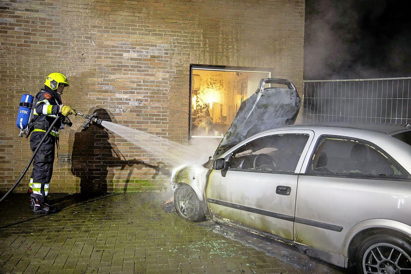 Auto uitgebrand aan Vijfhuizerdijk in Vijfhuizen, ook lichte schade aan woning