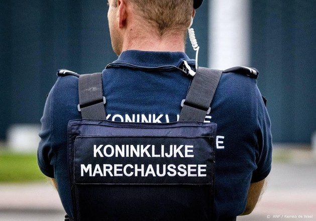 Met getrokken wapens houden marechaussees man staande op Rijksweg A4 in Haarlemmermeer