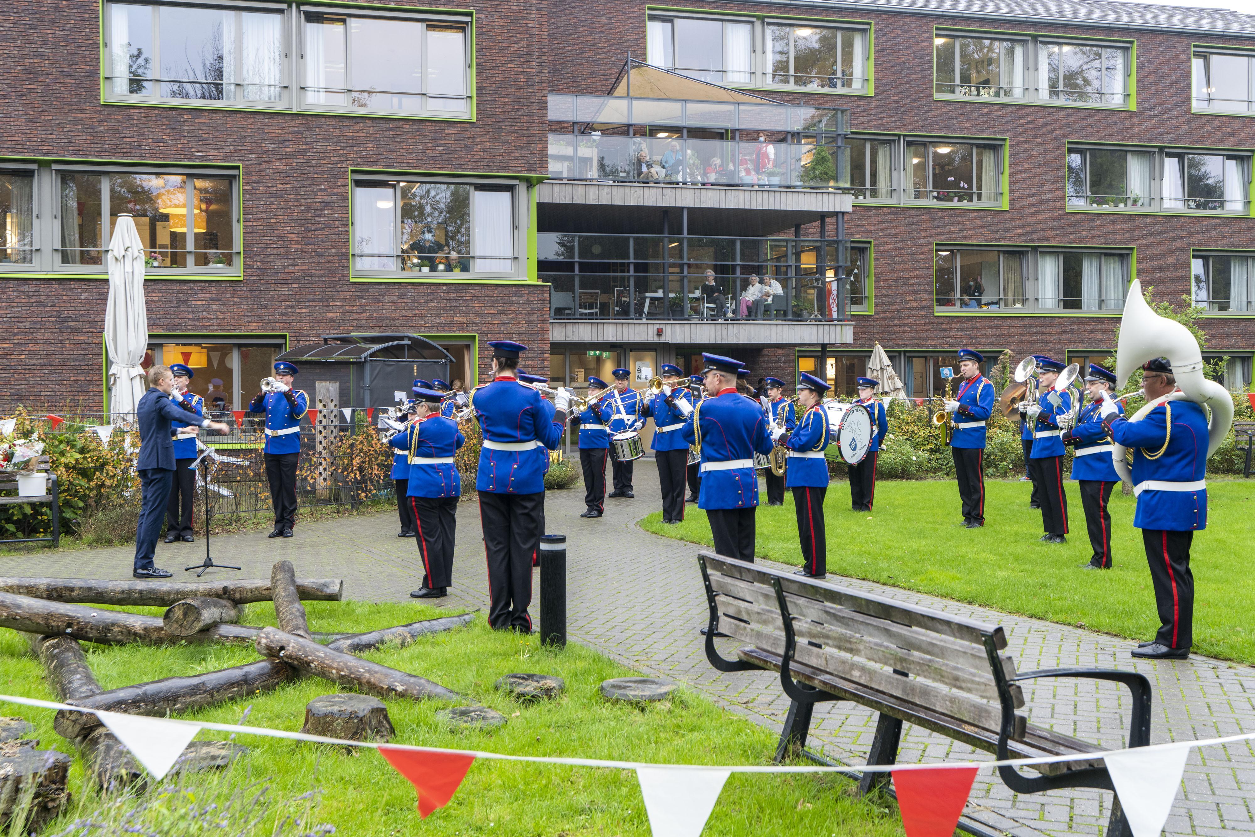 Bewoners Lorentzhof Leiden verrast door de drumfanfare Franciscusband
