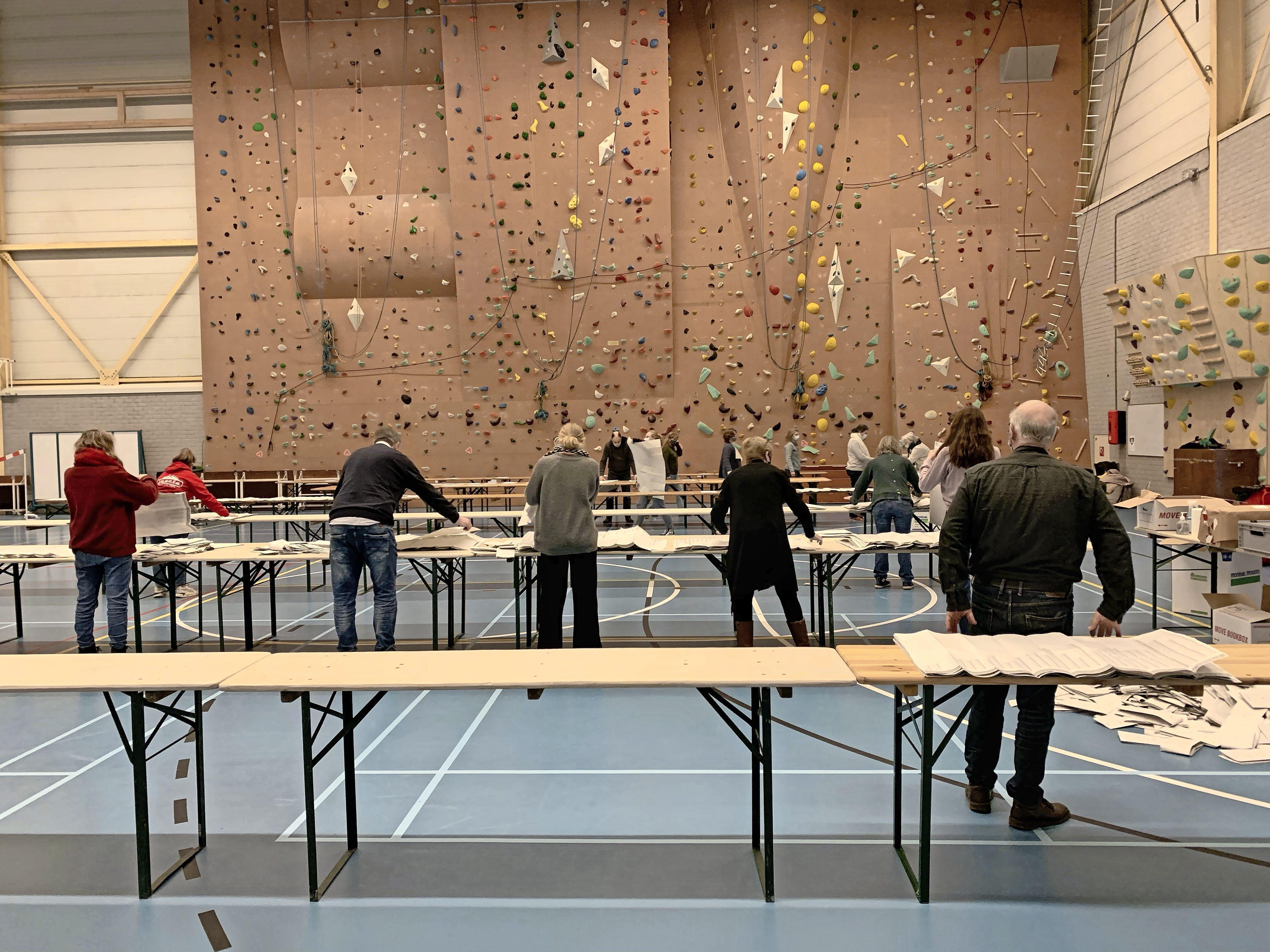 Uitvouwen. Stapelen. Sorteren. Op vijf ruime locaties worden woensdagavond alle stemmen van Haarlemse kiezers geteld