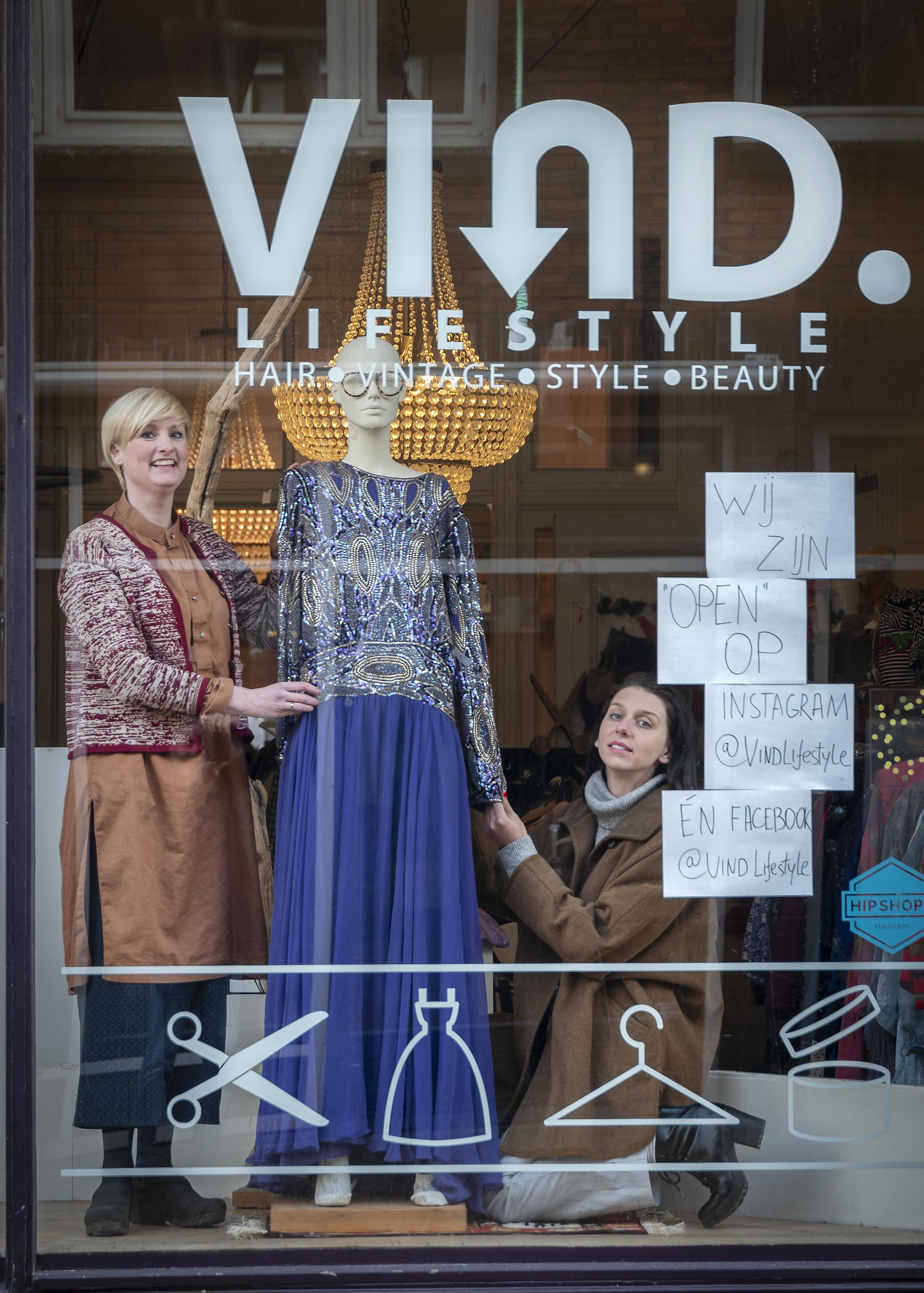 Didi viert 10-jarig bestaan van vintagewinkel in Haarlem met online koopjesdag 'Mode en trends zeggen me niks'