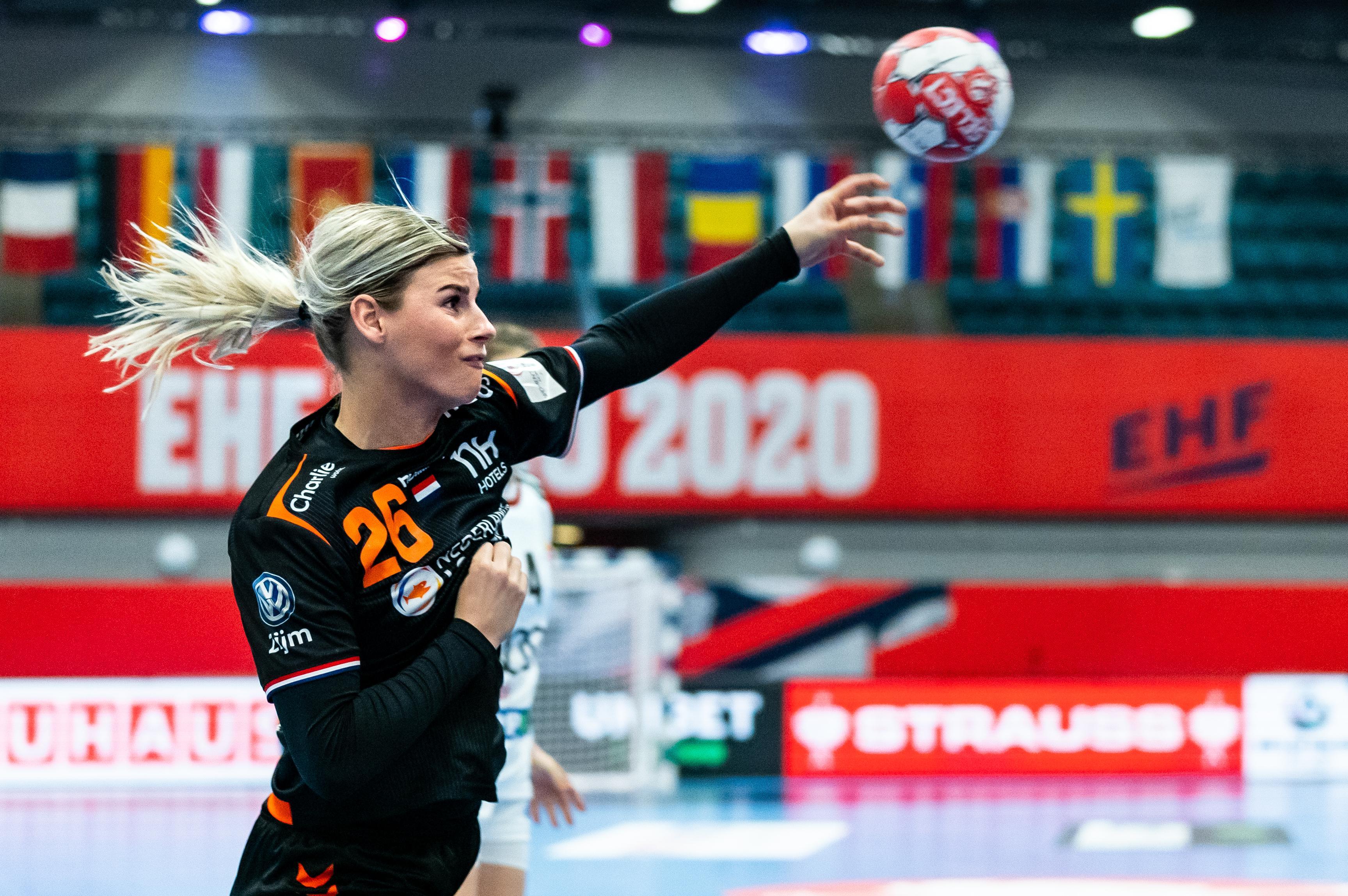 Spakenburgse handbalster Angela Malestein pakt hoofdrol in haar 150e interland en weet dat nummer 151 tegen Noorwegen loodzwaar wordt