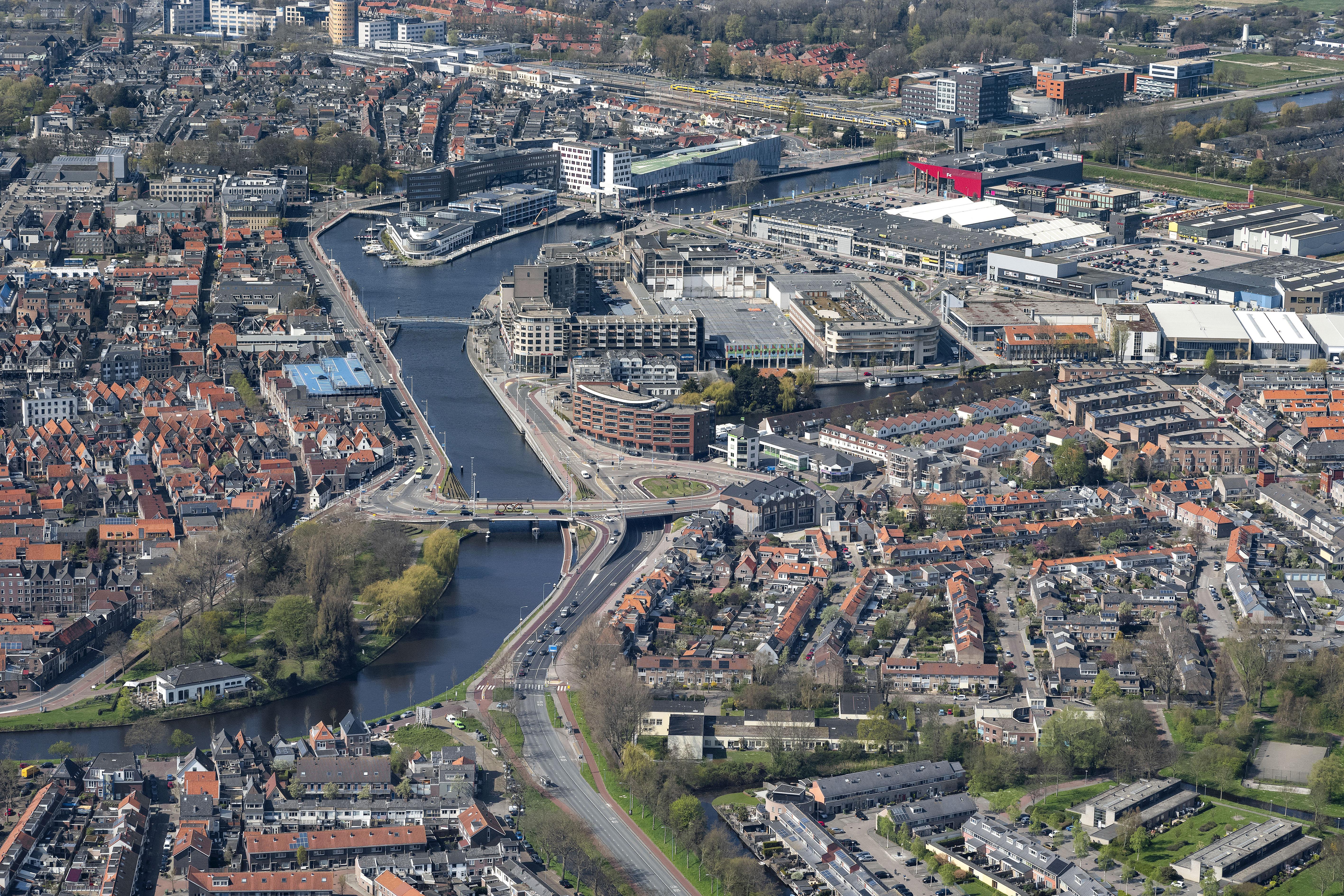 Alkmaar schuurt tegen 110.000e inwoner aan. Heerhugowaard nadert de 60.000 en Bergen krimpt als enige