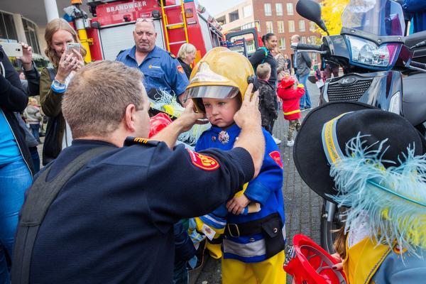 Brandweer Hilversum zet zieke Sem uit Huizen in het zonnetje