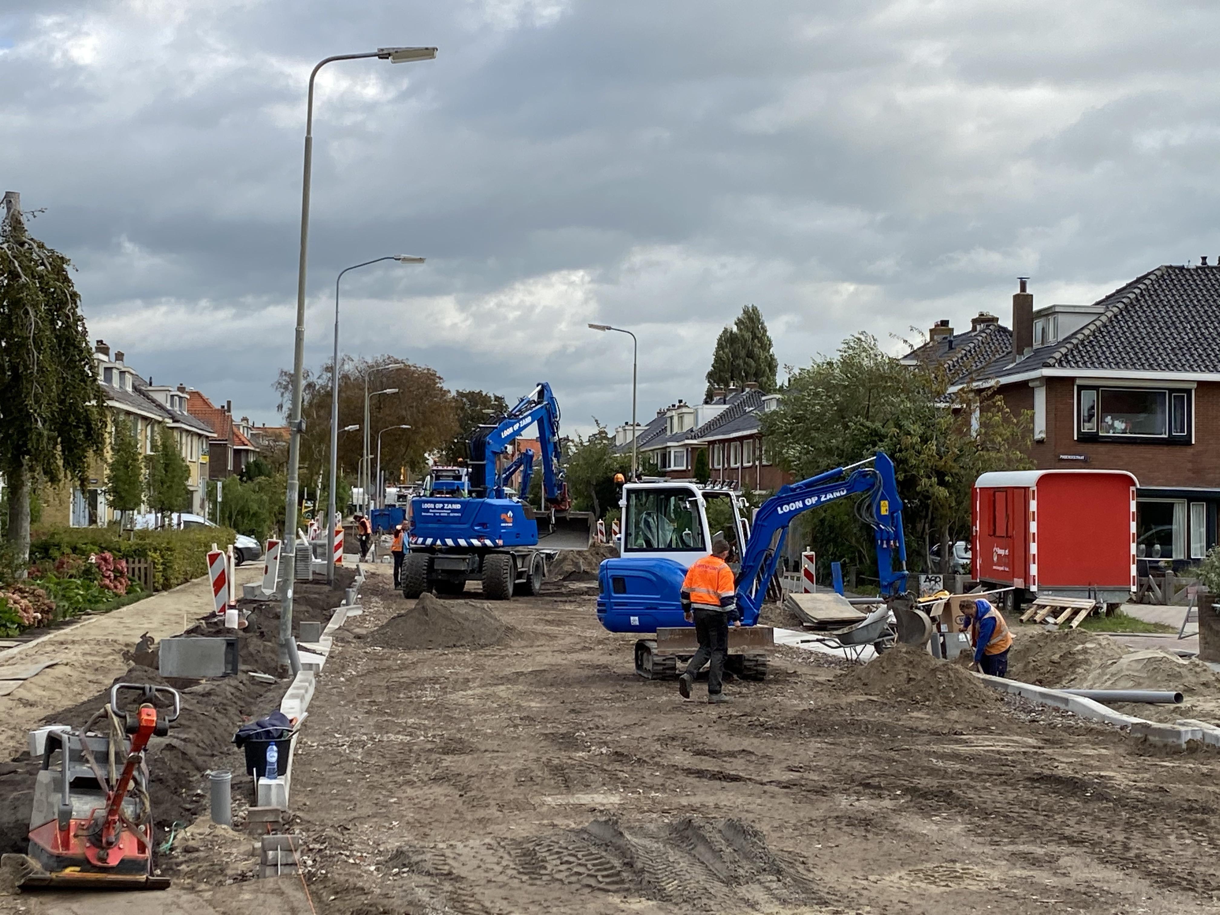 Herinrichting en rioleringswerk Weverstraat Krommenie duren langer door extra werk aan kabels in de grond
