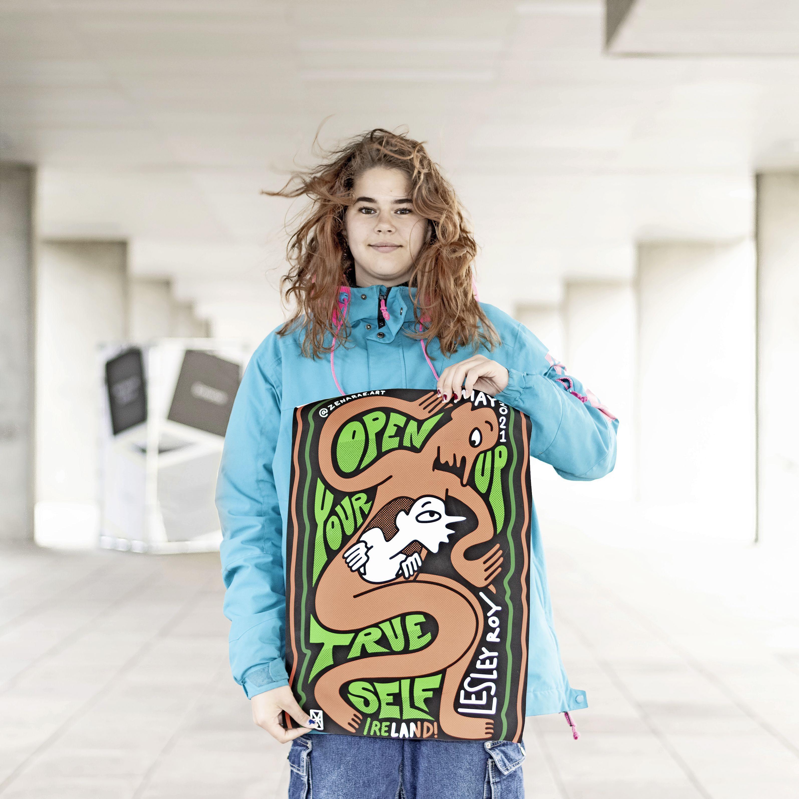 Winnende songfestivalposter van Alkmaarse Zena-Rae (20) in heel Rotterdam te zien. 'Lesley Roy, de Ierse zangeres, stuurde een berichtje dat ze een afdruk wil'