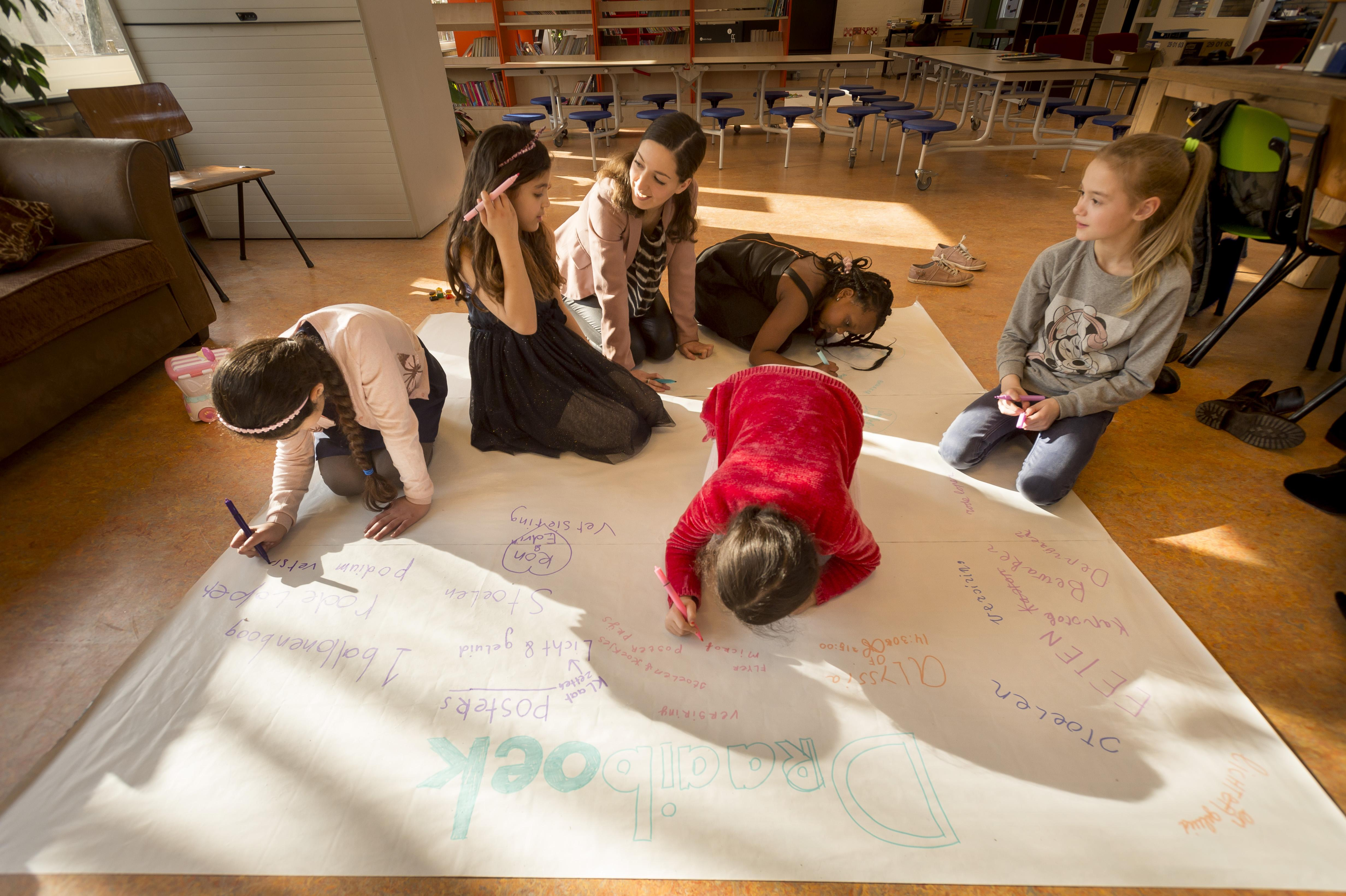 Verhoef helpt in Leidse Slaaghwijk: 'Ik wil de meiden inspireren om door te zetten'