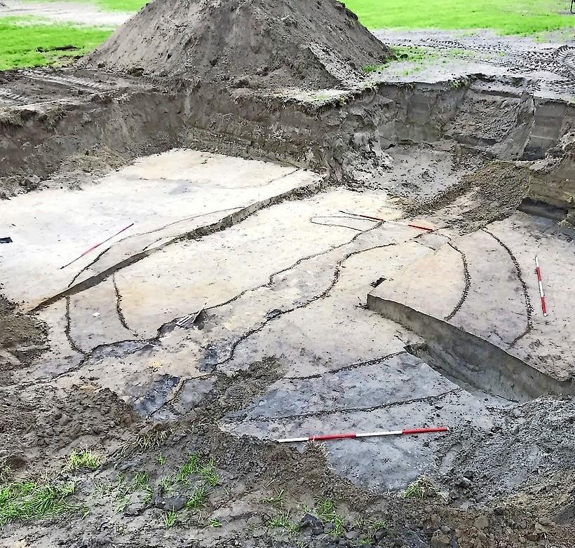 Archeologen Silke Lange en Mark van Raaij hadden graag verder gegraven aan de Visweg. 'In Limmen moet veel liggen'
