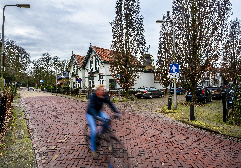 Een deel van de Wüstelaan in Santpoort-Noord wordt smaller waardoor de stoepen breder kunnen