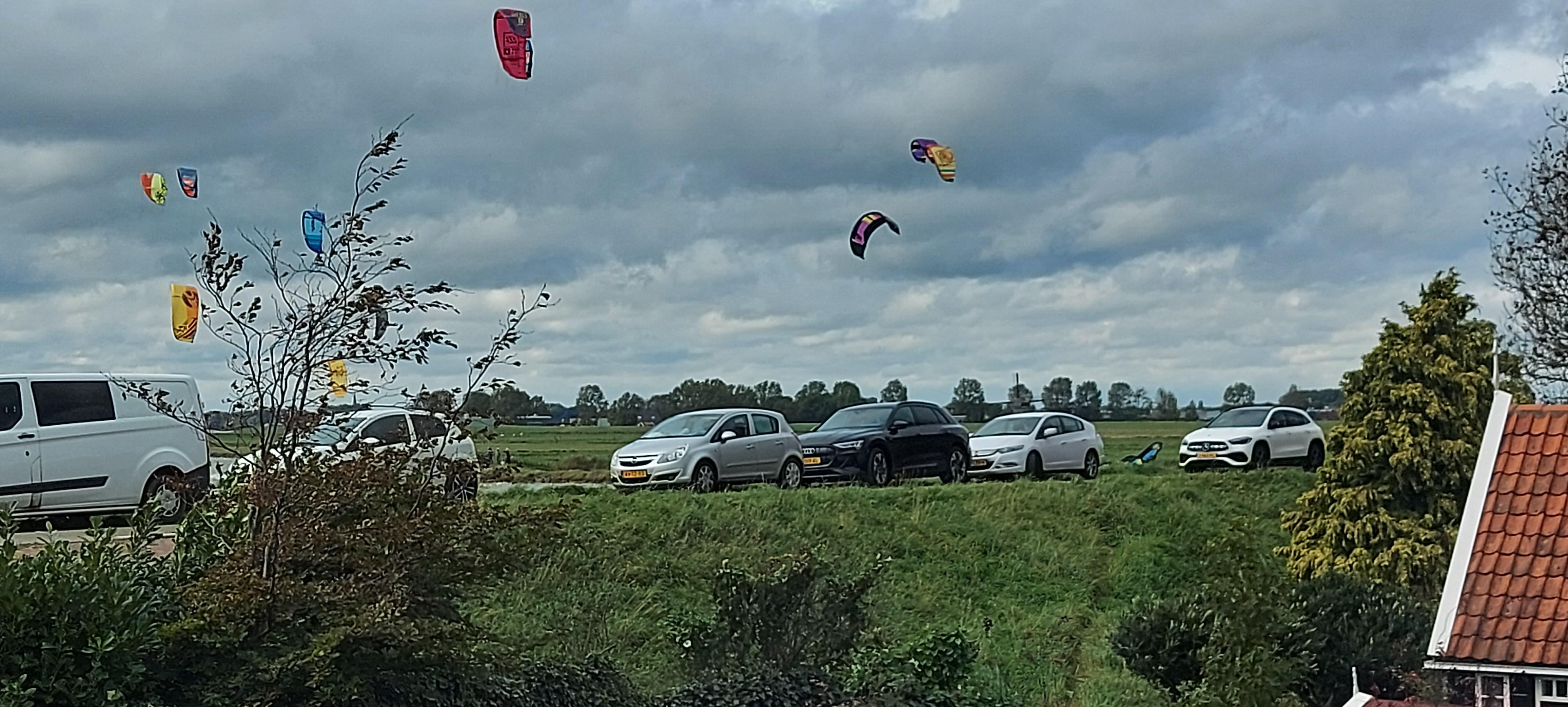 Bewoners Zuiderdijk Schellinkhout zijn overlast geparkeerde auto's spuugzat: 'Hulpdiensten kunnen hier niet eens komen!'