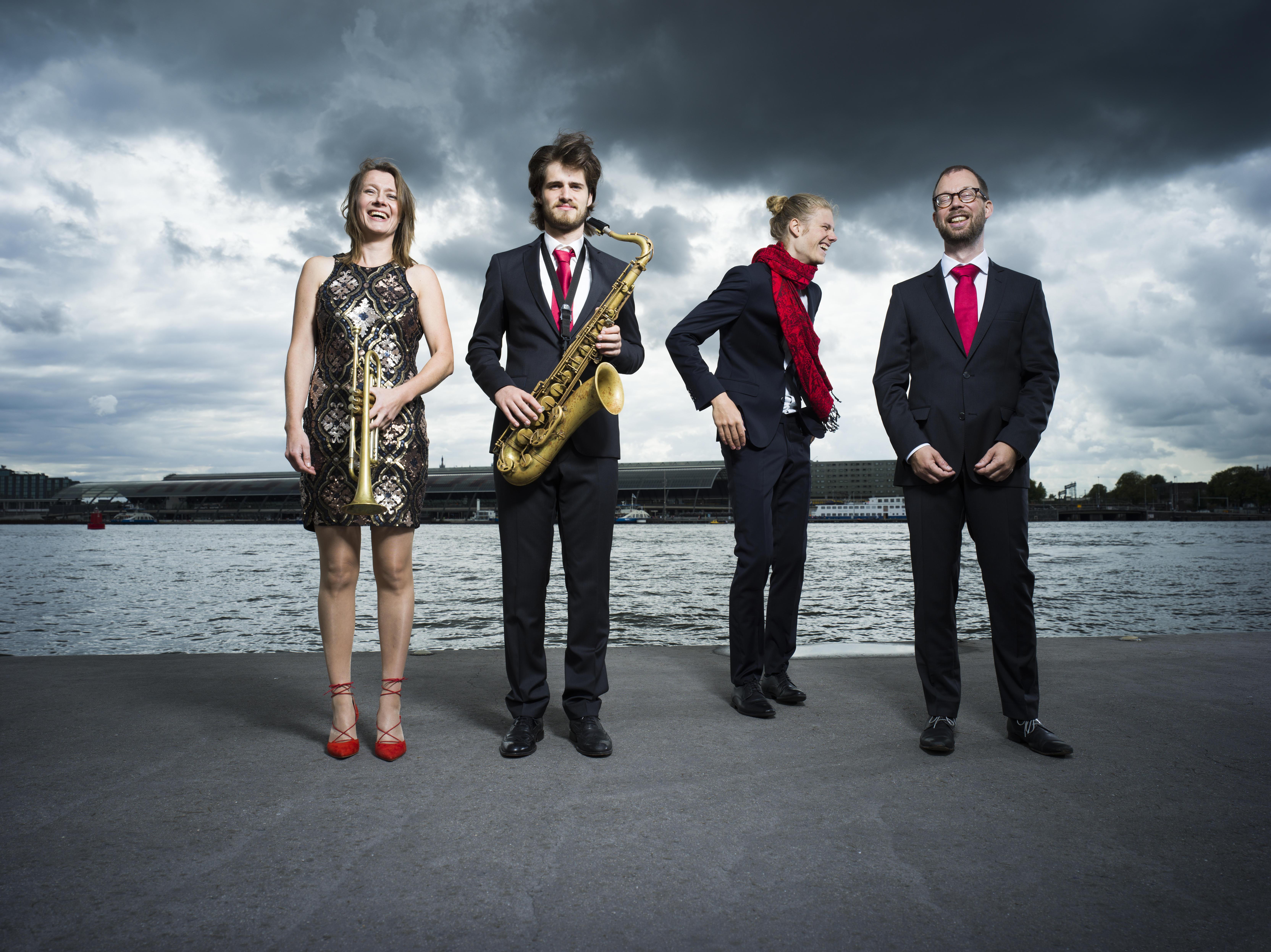 Ellister van der Molen speel met RED een soort boogaloo-muziek in MCO