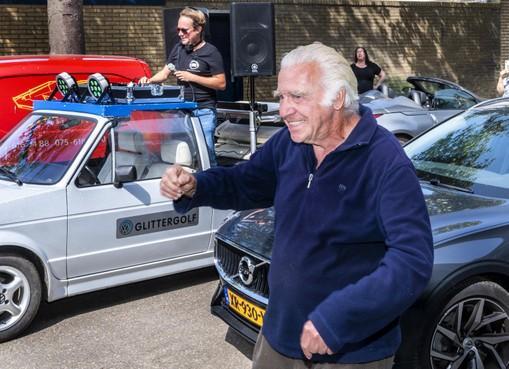 88-jarige Haarlemse house-opa Johan verrast door drive-in-dj: 'Dit is het hoogtepunt van het jaar' [video]