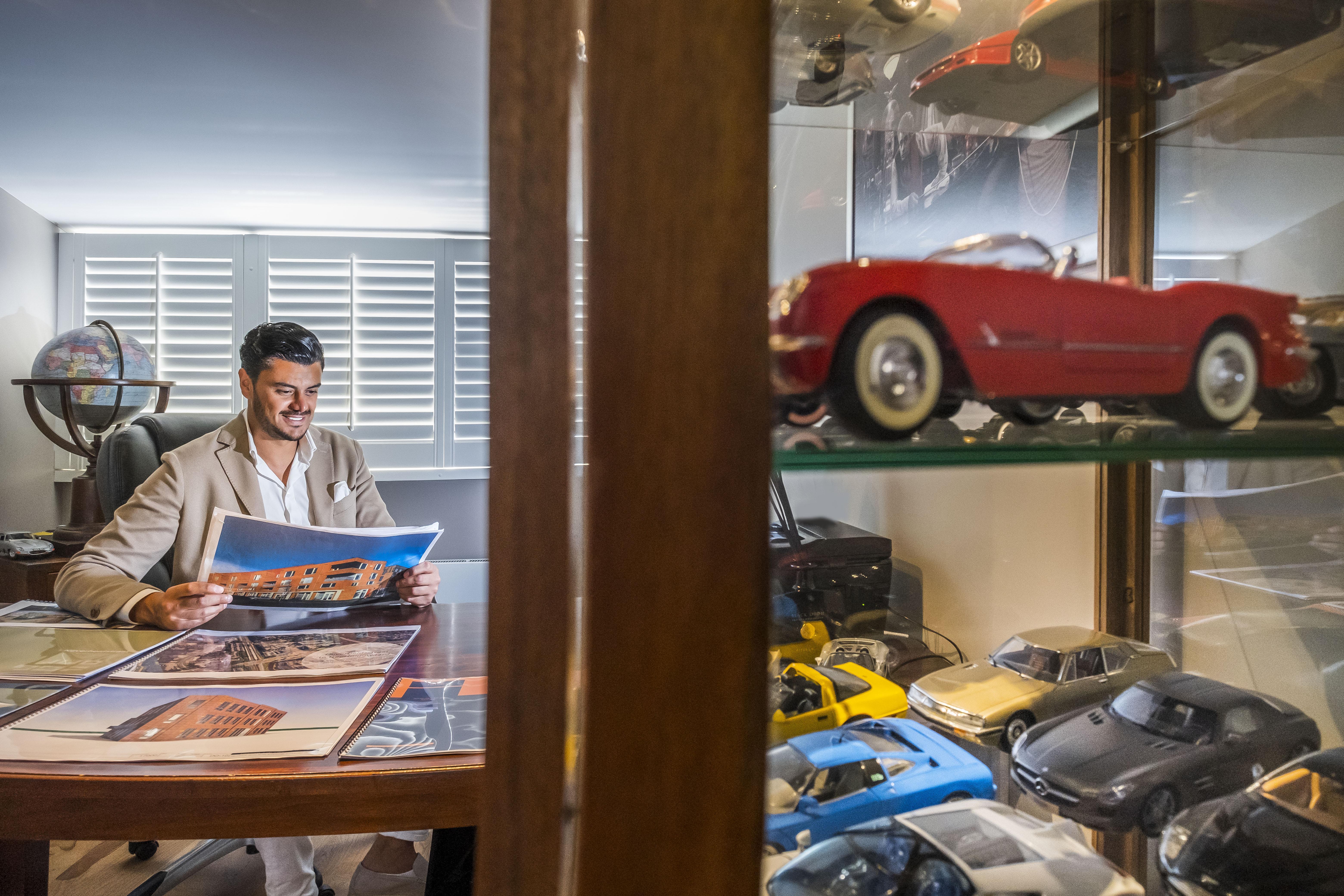 Payam Partovi, het succesverhaal van de vluchteling die vlinders, brommers en auto's verkocht en nu in vastgoed doet. 'Ik wil graag iets terugdoen voor de mensen die het nodig hebben'