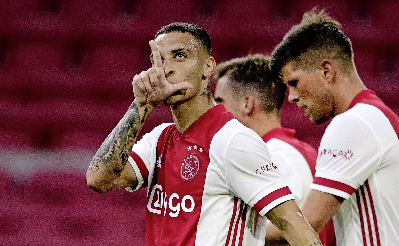 Ajax wint in lege Arena oefenwedstrijd tegen zwak RKC. Trainer Erik ten Hag: 'Duel biedt perspectief'. De Braziliaanse spits Antony toont pingelend, versnellend, maar vooral in de combinatie aan een publiekslieveling te kunnen worden.
