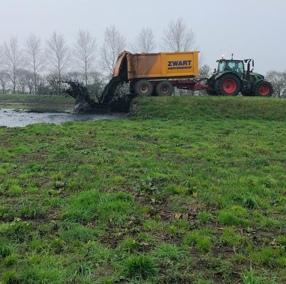 Baggerspecie uit sloten en vaarten wordt door waterschap na drogen en zeven als gerijpte grond hergebruikt in dijken; overvolle depots zijn weer grotendeels leeg