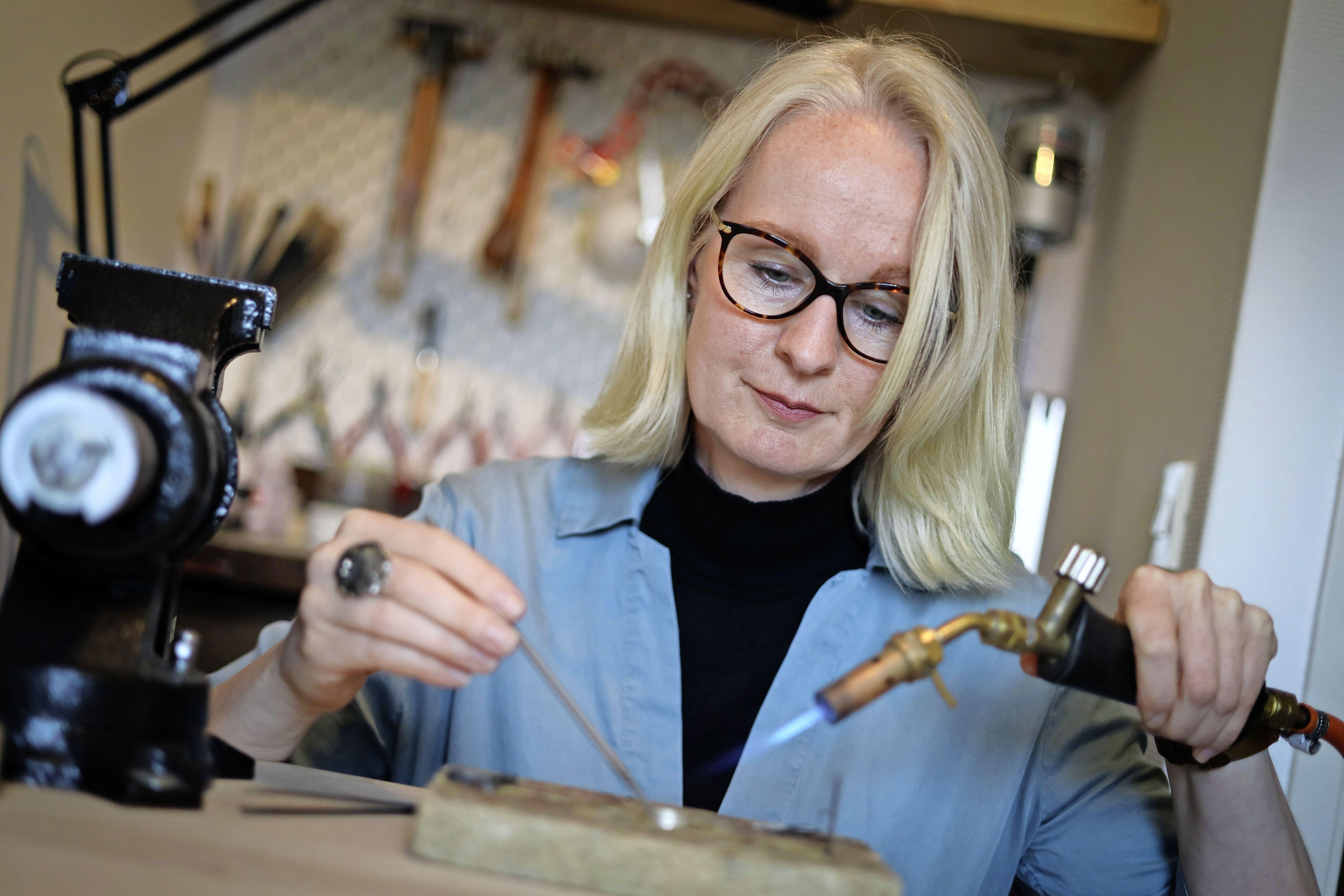 Edelsmid Diane Visser speelt met vuur