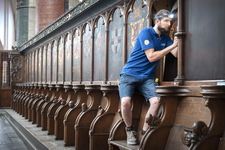 Monnikenwerk aan al eeuwenoud hout in de Grote Kerk. Wat kan er achter dat mysterieuze avondmaalsbord zitten?