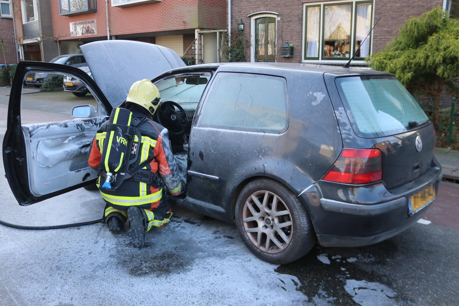 Auto vliegt tijdens het rijden in brand in Lisse