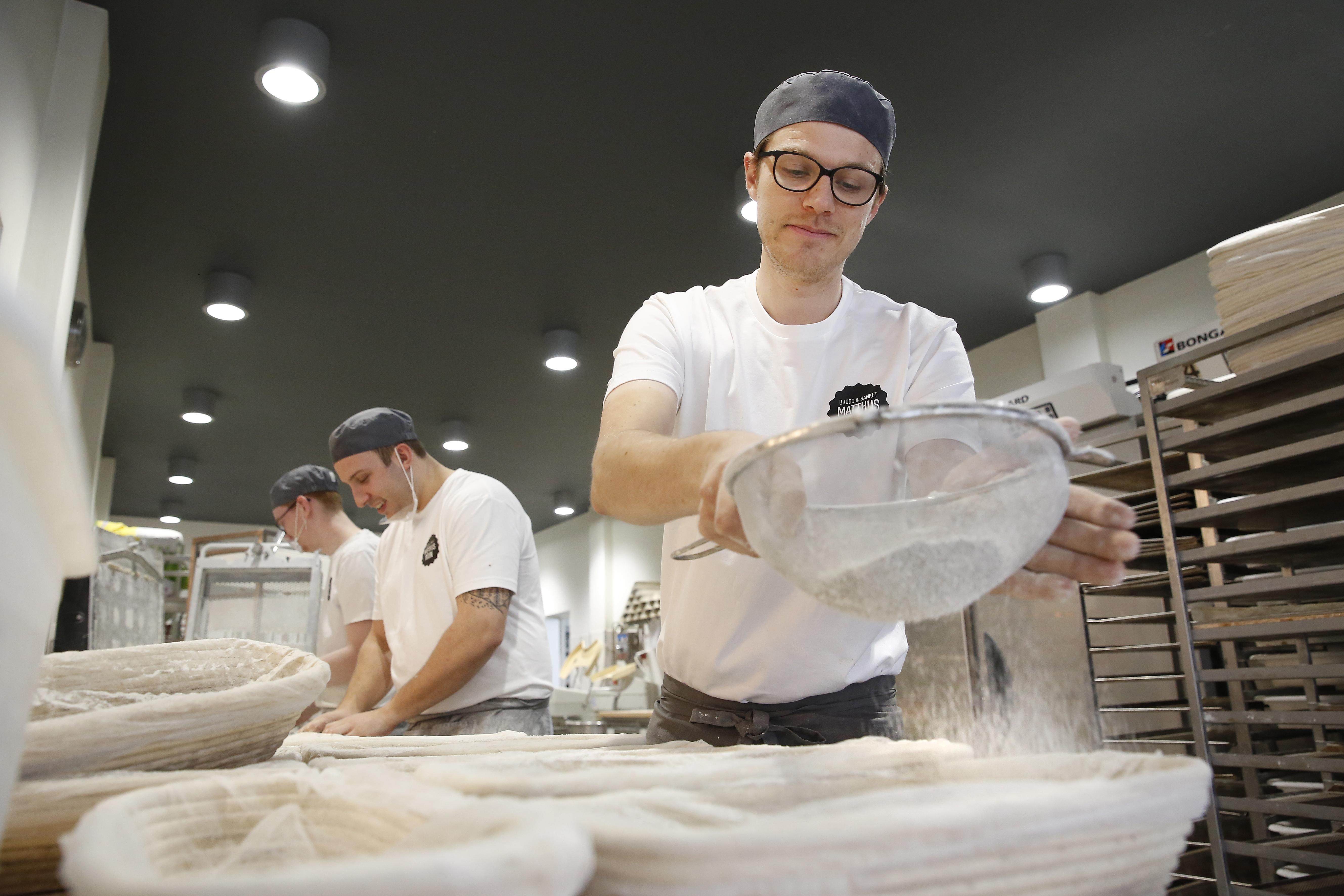 Bakkersleerling Matthijs Boon groeit uit tot naam in Hilversum: elke zaterdag in de rij voor zijn winkel