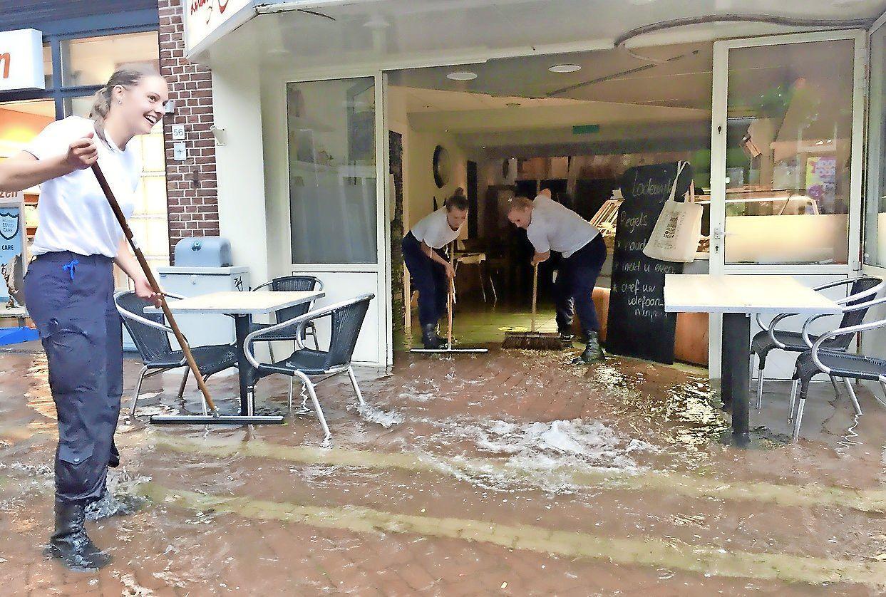 Zandzakken voor de deur. Winkeliers aan de Keizerstraat in Den Helder beducht voor nieuwe hoosbuien. 'We voelen ons in de steek gelaten door de gemeente'