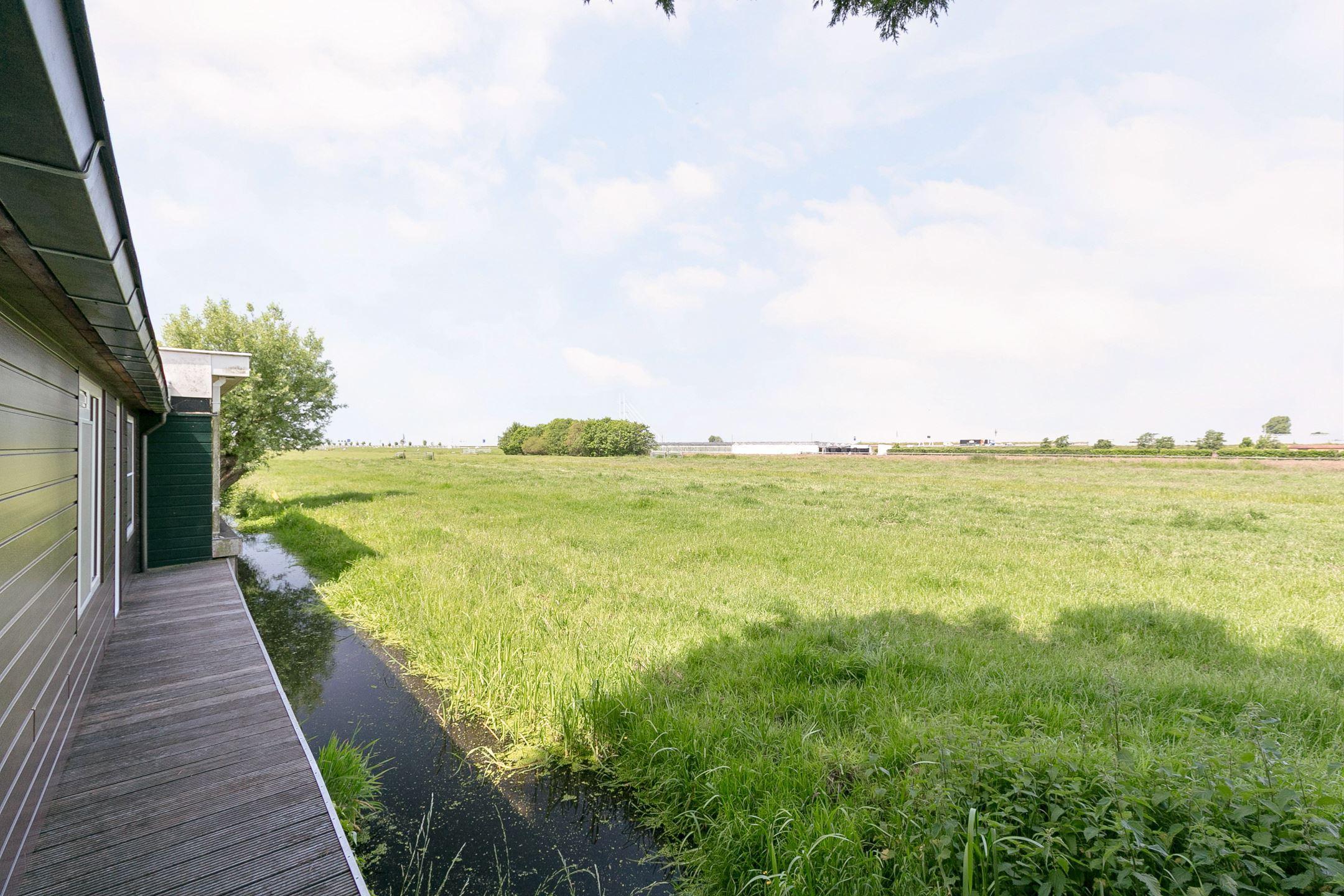 Kaag en Braassem pakt te grote recreatiewoningen in het weidse polderland aan