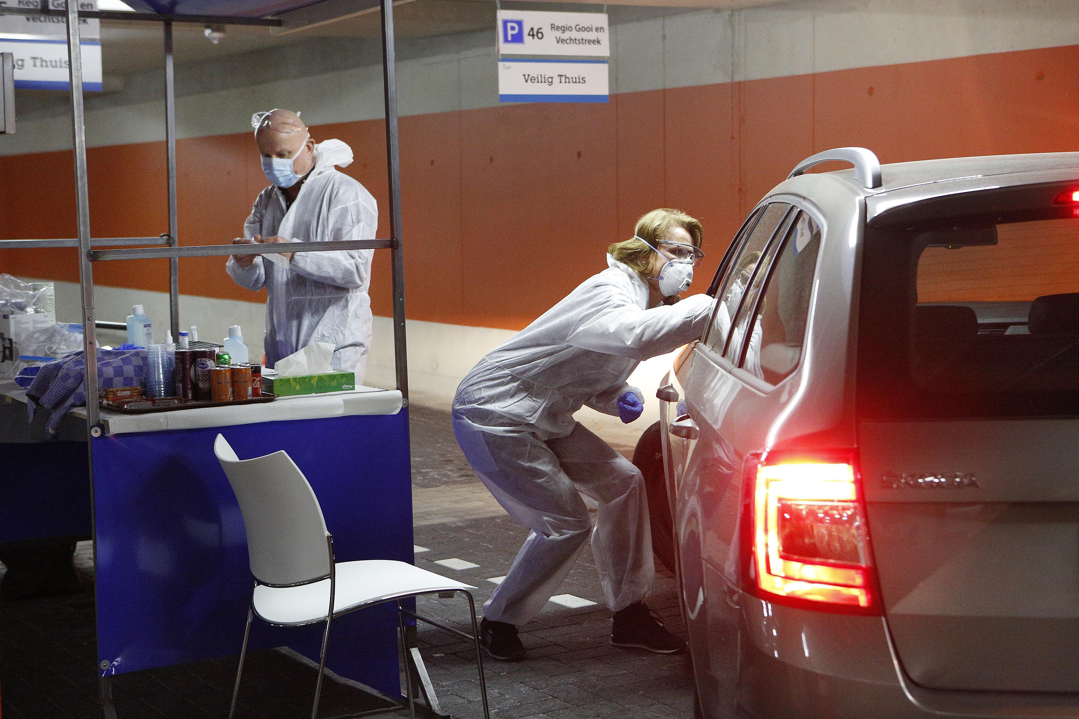 Bijna een kwart van het getest zorgpersoneel in het Gooi is besmet met coronavirus, blijkt uit eerste test van GGD