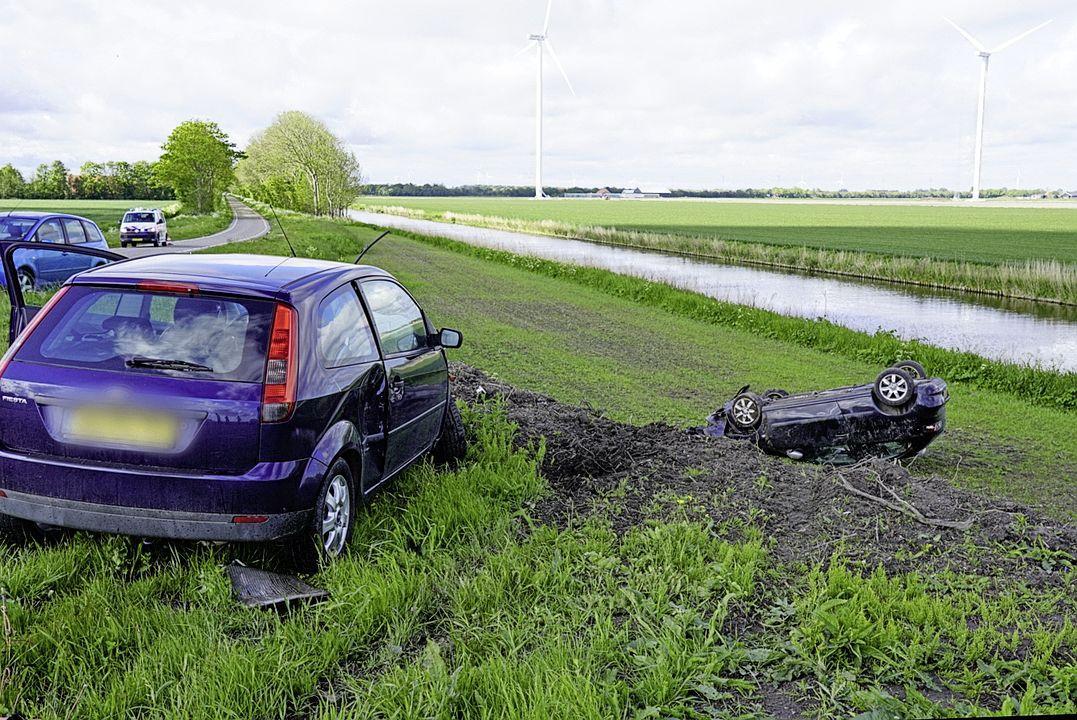 Twee bestuurders botsen op elkaar in Slootdorp, beide automobilisten raken gewond en voertuig stort van talud na ongeval