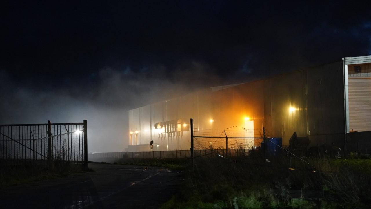 Veel rook bij brand in loods van afvalverwerker in Alkmaar