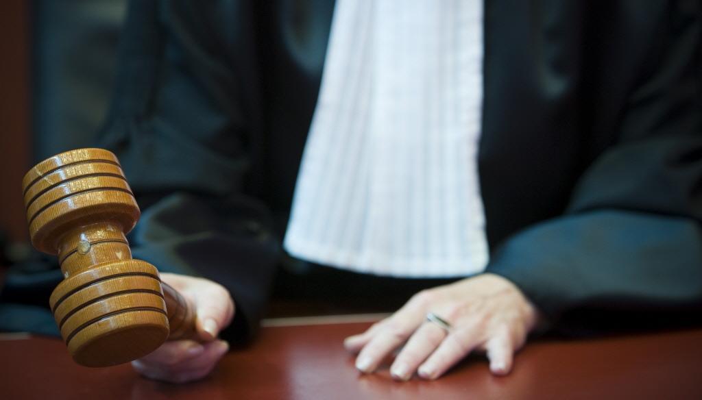Boze buurman geeft klap met schep: zestig uur werkstraf