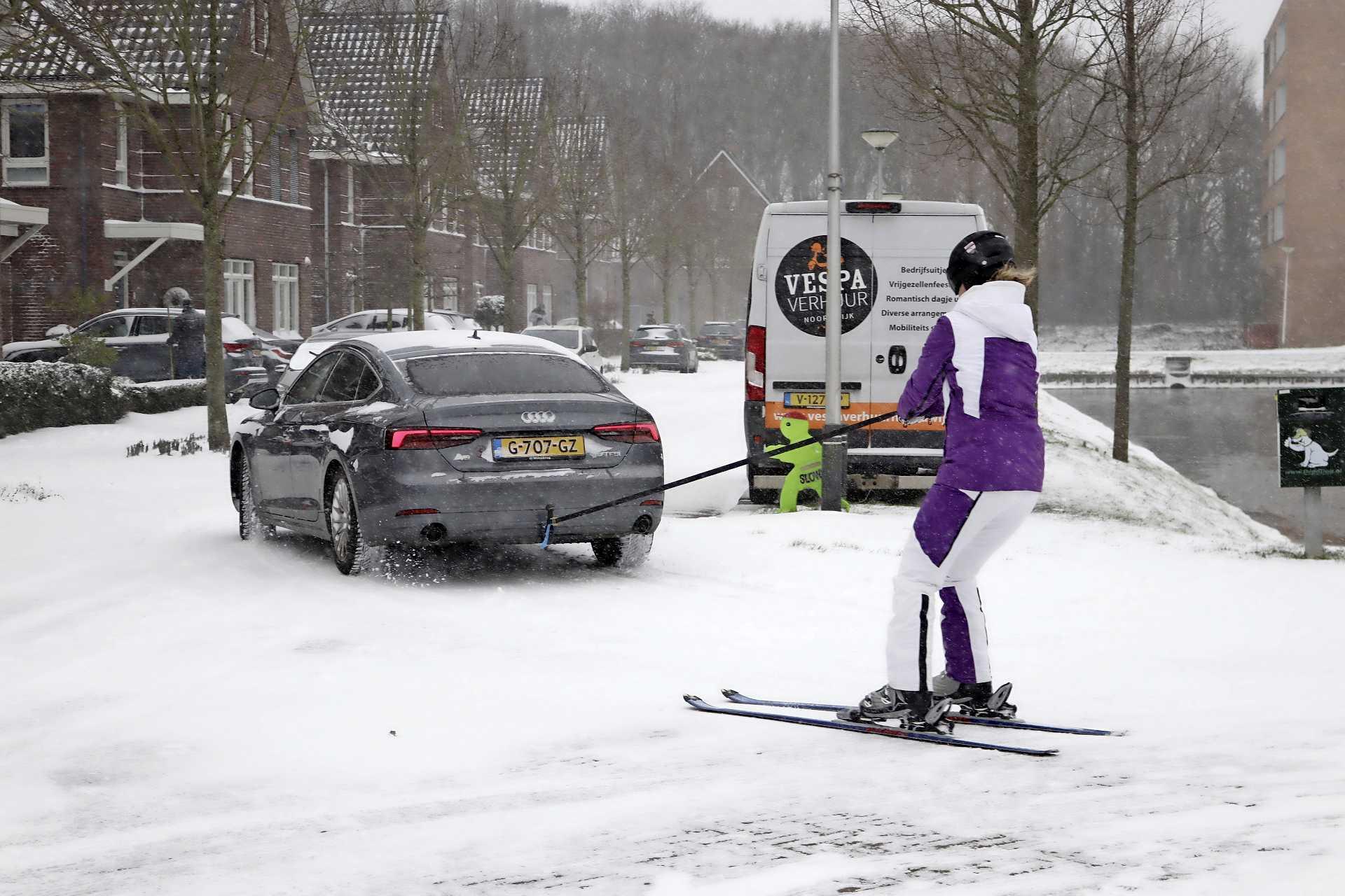 In beeld: Op de ski's achter een auto in Noordwijkerhout