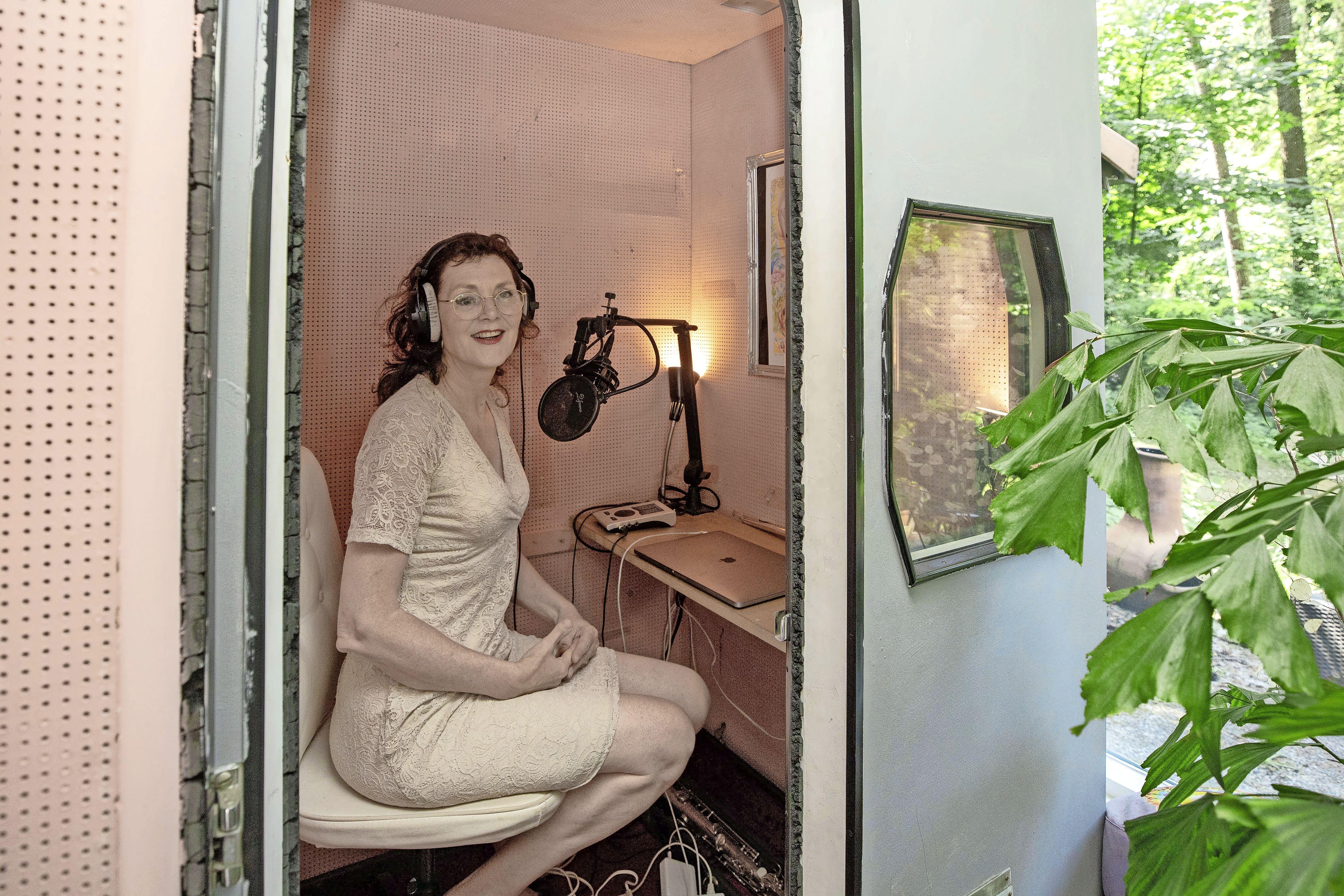 Tuffie Vos was een kwart eeuw de mevrouw die vertelde dat de trein weer eens vertraging had. Ze deed het beschaafd en liefdevol: 'Je bent tenslotte de brenger van een onaangename boodschap'