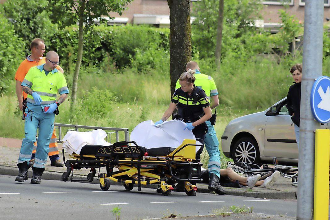 Fietser naar ziekenhuis na aanrijding met auto in Huizen