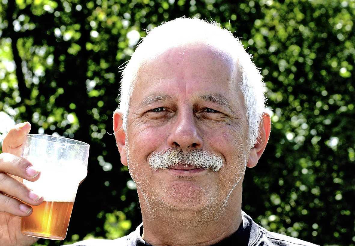 Veelgeprezen editor Ot Louw (75) uit Bussum stierf in een shirt van een bierbrouwer met de tekst: 'Lach, proost en geniet': 'Hij was sociaal tot het einde'