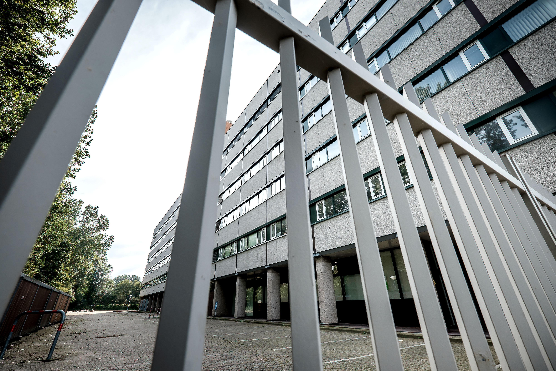 Geen bedden meer voor statushouders. COA vraagt Alkmaar opnieuw en 'dringend' om er 500 op te vangen in het voormalig belastingkantoor