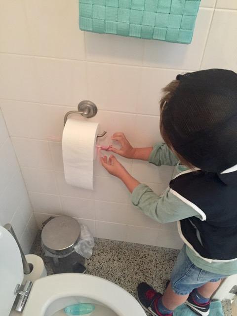 Hoe moet die wc-rol nou hangen!? Ben je een voorhanger of een achterhanger? Laat ik het nu maar toegeven: ik ben een tik-draaier (Column)