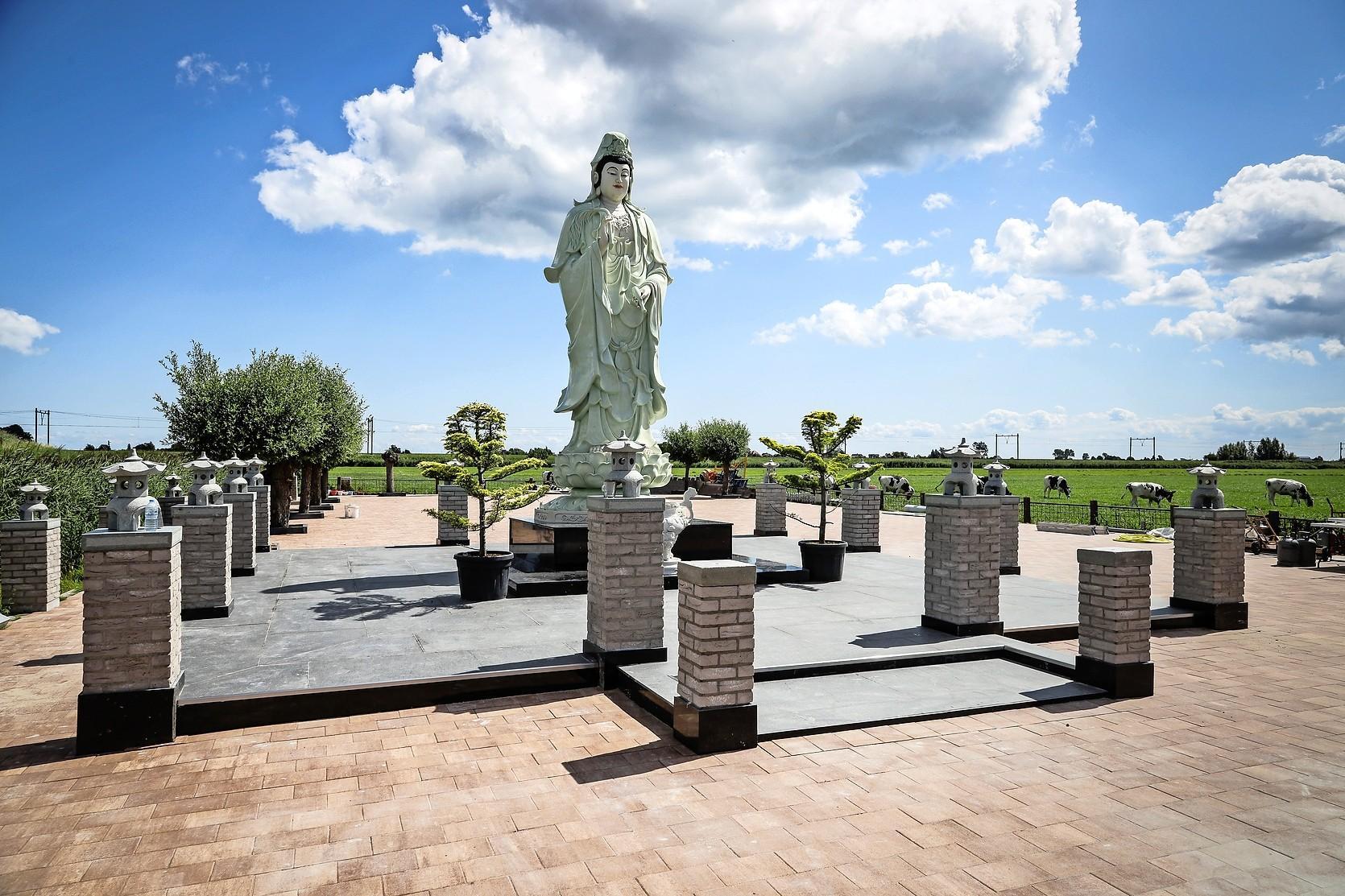 Vier meter hoog beeld van Boeddha ligt te wachten op plekje. Boeddhistische tempel Oudendijk komt langzaam weer tot leven