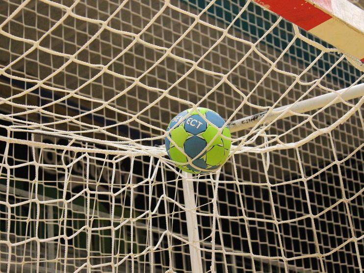 Trainer Mark Ortega doet er alles aan om de koppies bij handballers Volendam niet te laten hangen na vierde nederlaag op rij: 'Het belangrijkste is dat wij niet met de vingers naar elkaar gaan wijzen'