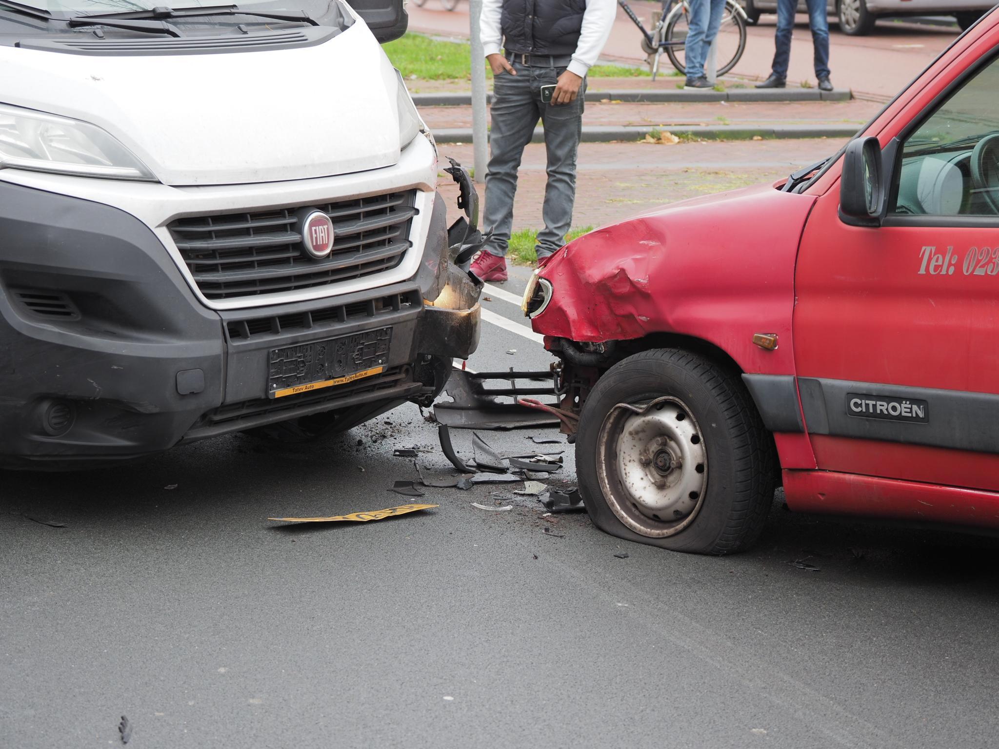 Gewonde en veel schade bij botsing bestelwagen en bakwagen in IJmuiden