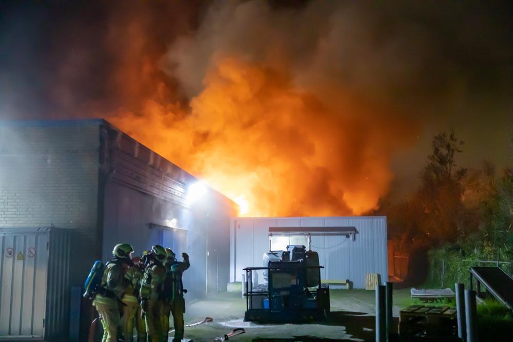Grote brand bij zeevishandel in Bunschoten-Spakenburg