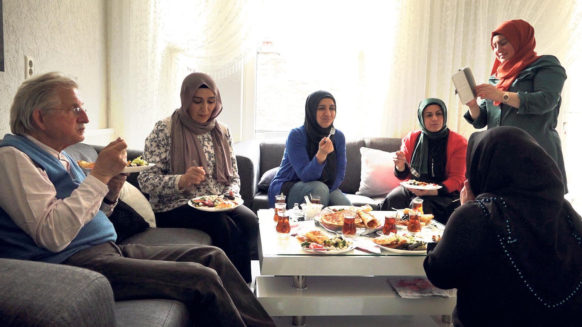 In Beverwijkse flat opgroeien tot een goede moslima, met hoofddoek en een beetje make-up [video]