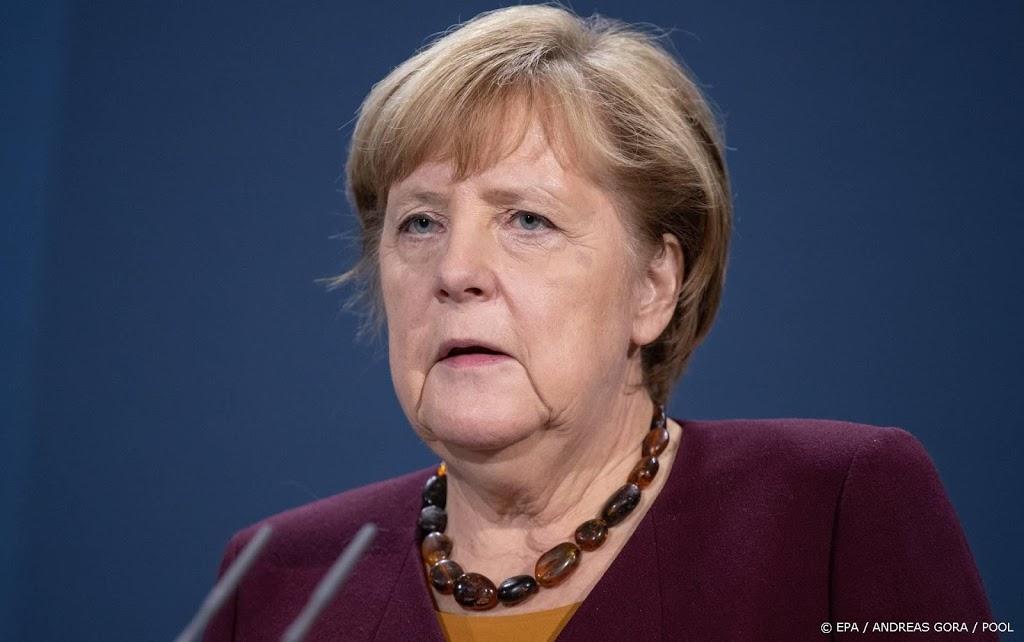 Auto rijdt tegen hek kantoor Duitse bondskanselier Merkel