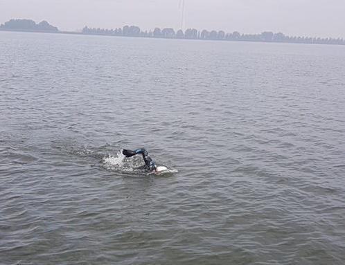 Geert Schipper uit Spanbroek zwemt het IJsselmeer over: 'Toen ik de haven binnenkwam, kon ik de rechterarm nog net optillen'