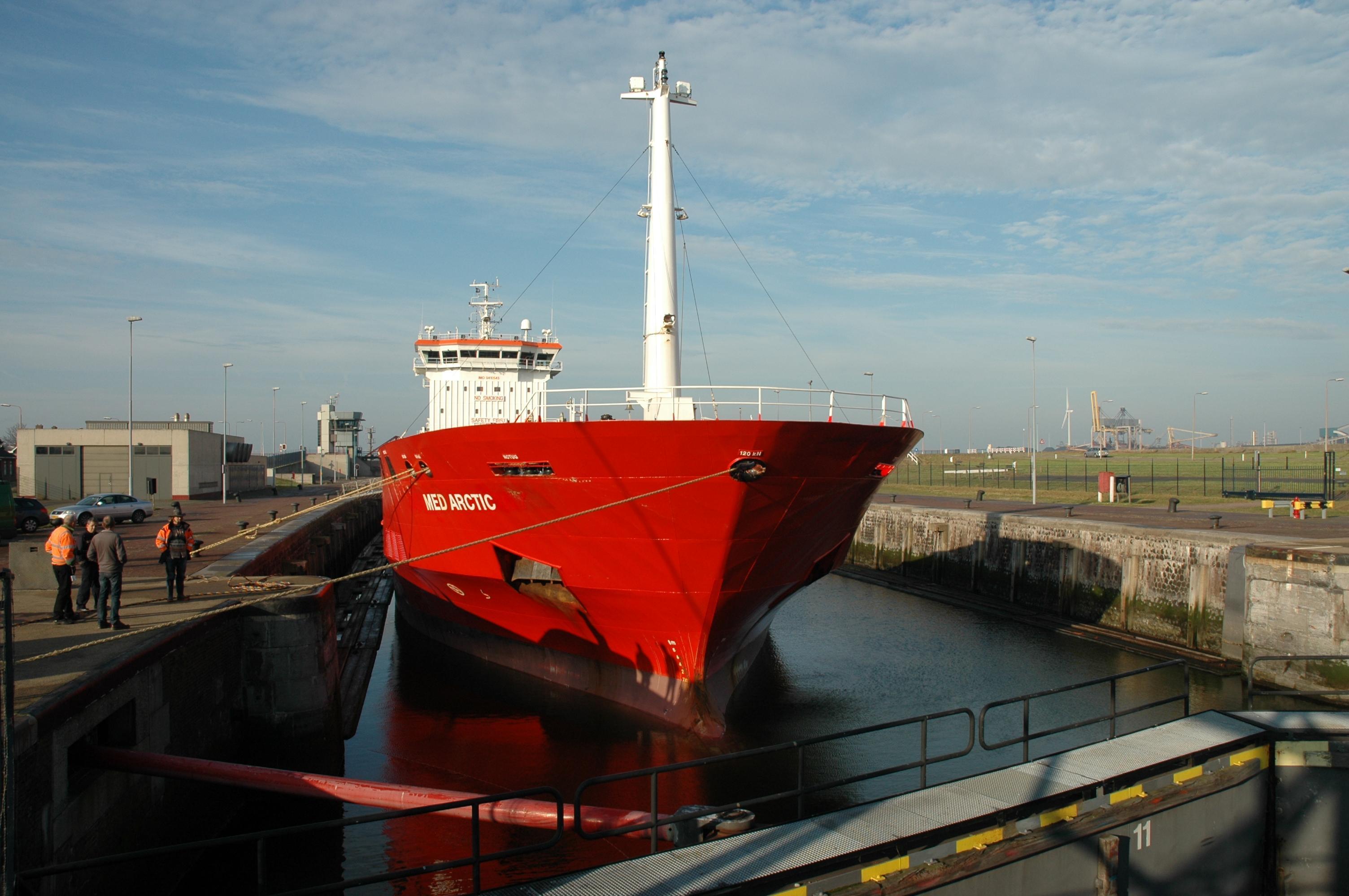 Dodelijk ongeval in Noordersluis IJmuiden is gevolg van aantal factoren. Onderzoeksraad voor Veiligheid: scherp de procedures aan en creëer veilige plekken aan boord van schepen